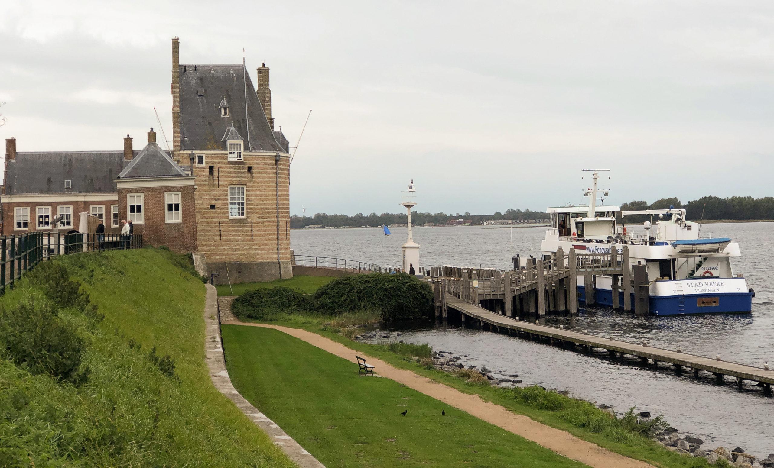 Blick auf das Hotel Campveerse Toren mit Ausflugsboot