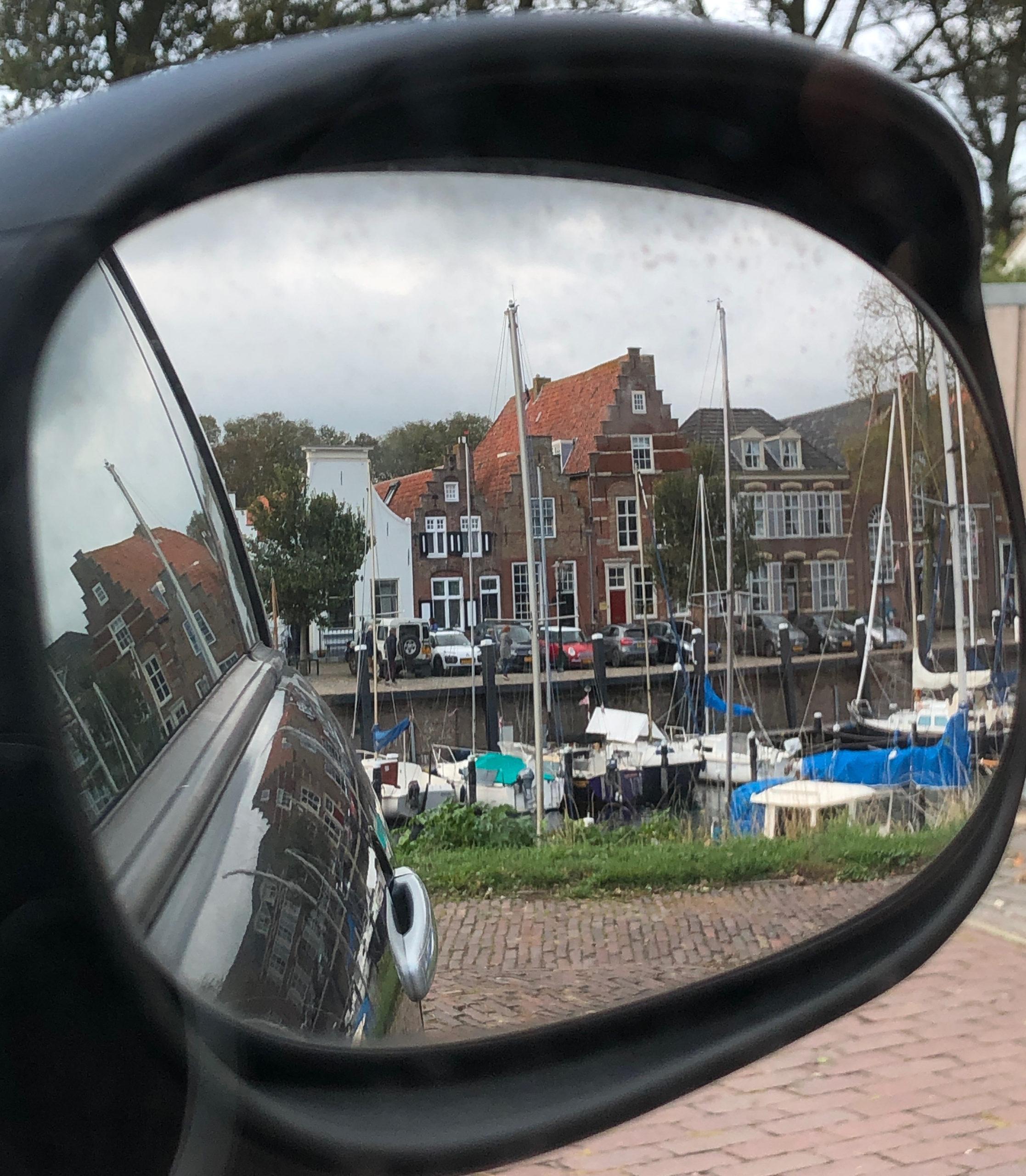 Der Hafen des Städtchens Veere in Zeeland im Rückspiegel des Autos
