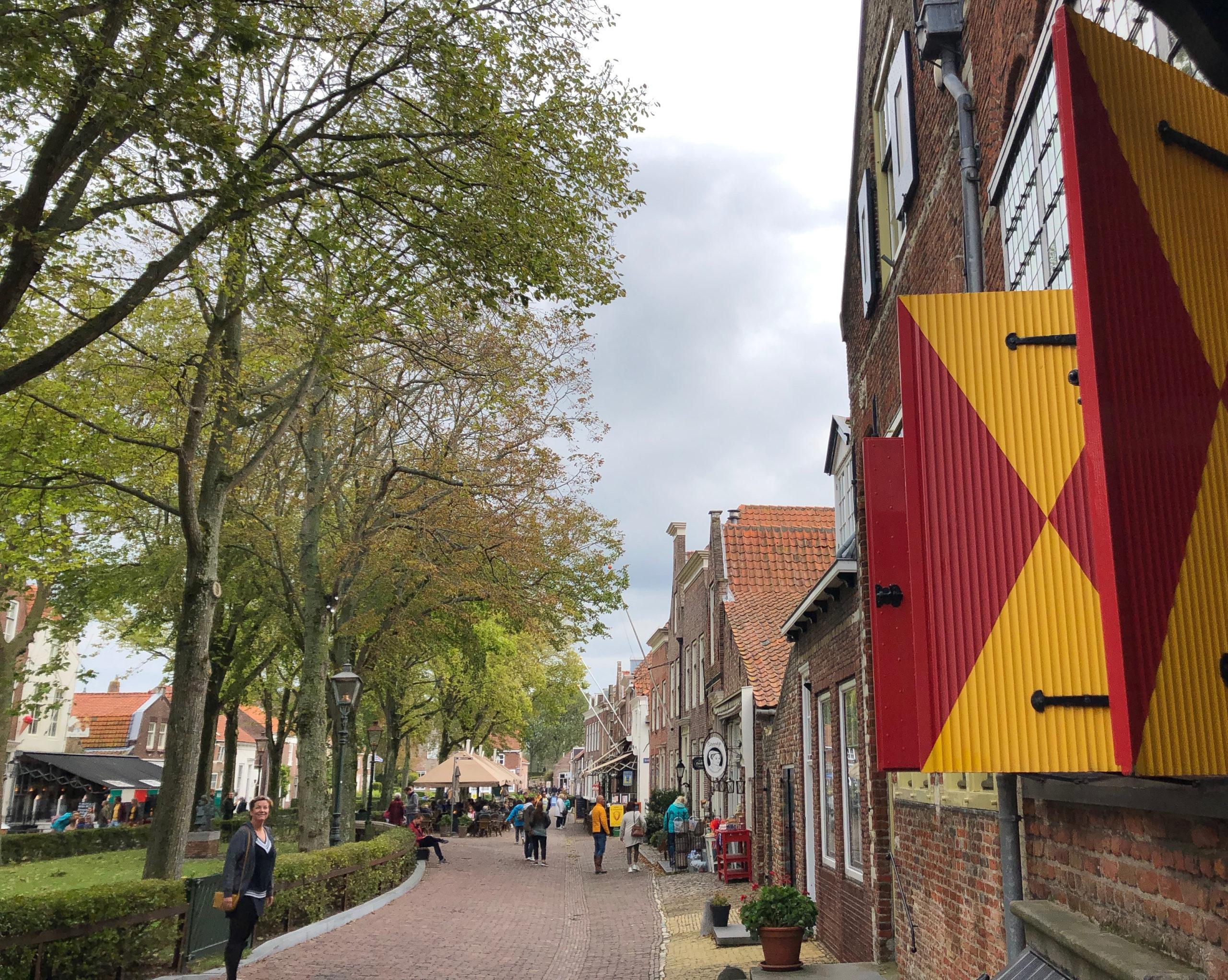 Rotgelbe Fensterläden in der Innenstadt des niederländischen Veere