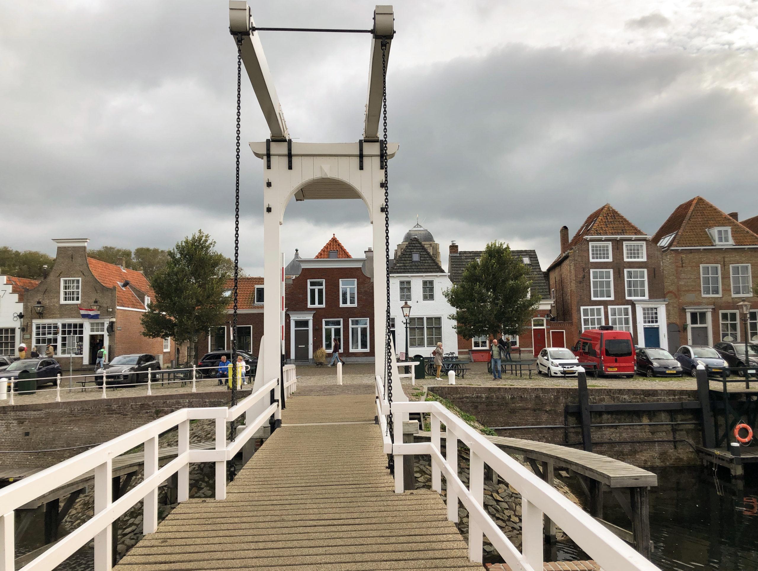 Weiße Hängebrücke im Hafen von Veere in Zeeland