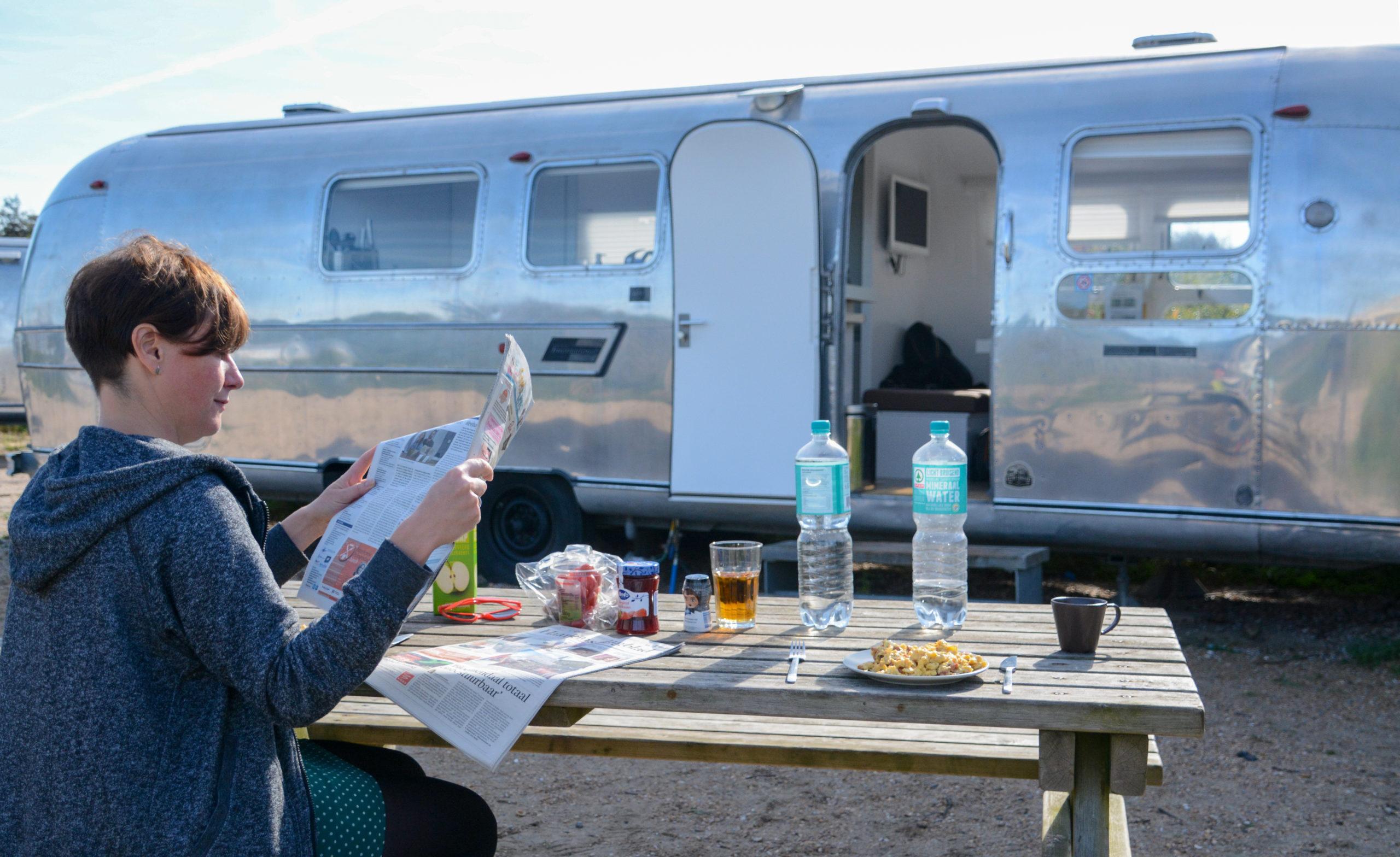 Frühstück mit Blick auf den Airstream auf dem Campingplatz de Lakens beim Nationalpark Zuid-Kennemerland