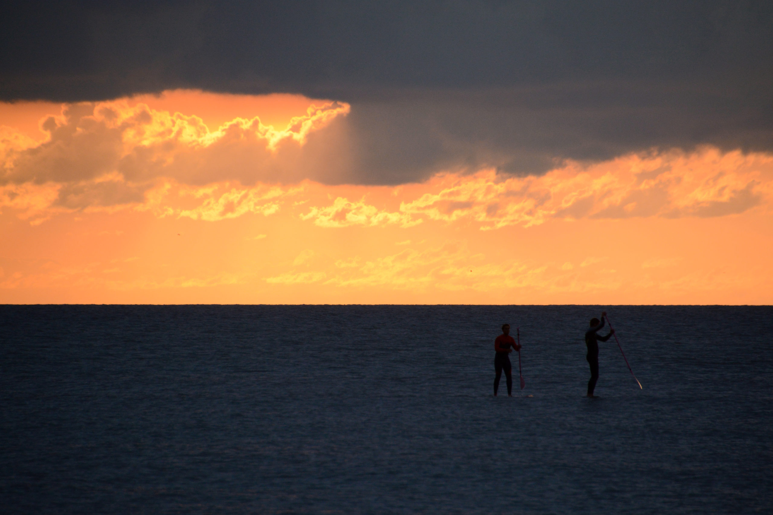 Stand-up-Paddler auf der Nordsee im Abendlicht