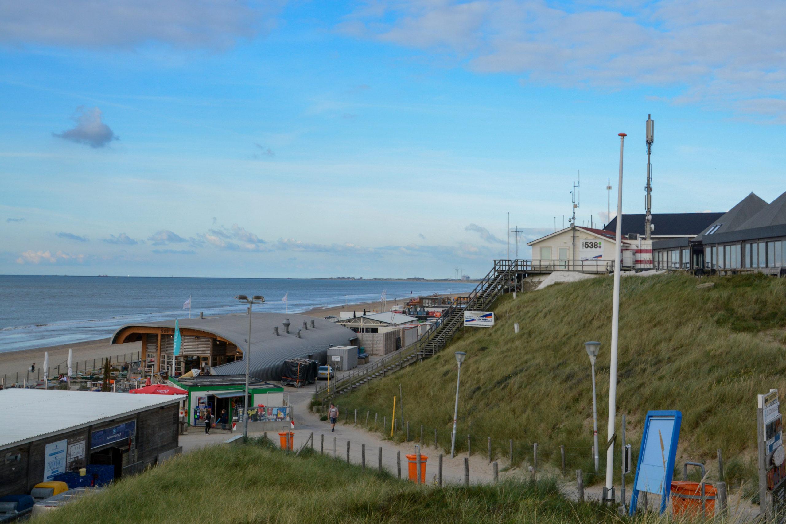 Blick auf die Strandpavillons und die Nordsee bei Bloemendaal an Zee