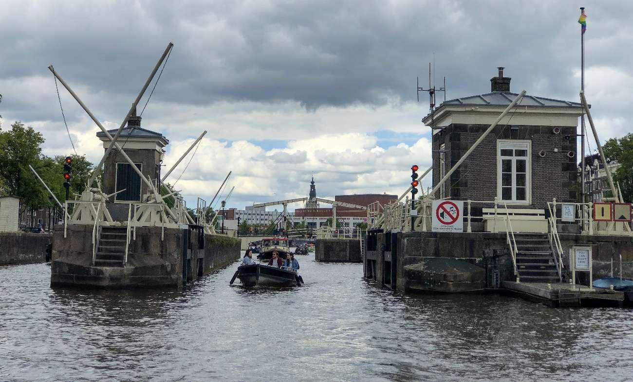 Brückenwächterhäuschen an der Amstel in Amsterdam mit Mokumboot