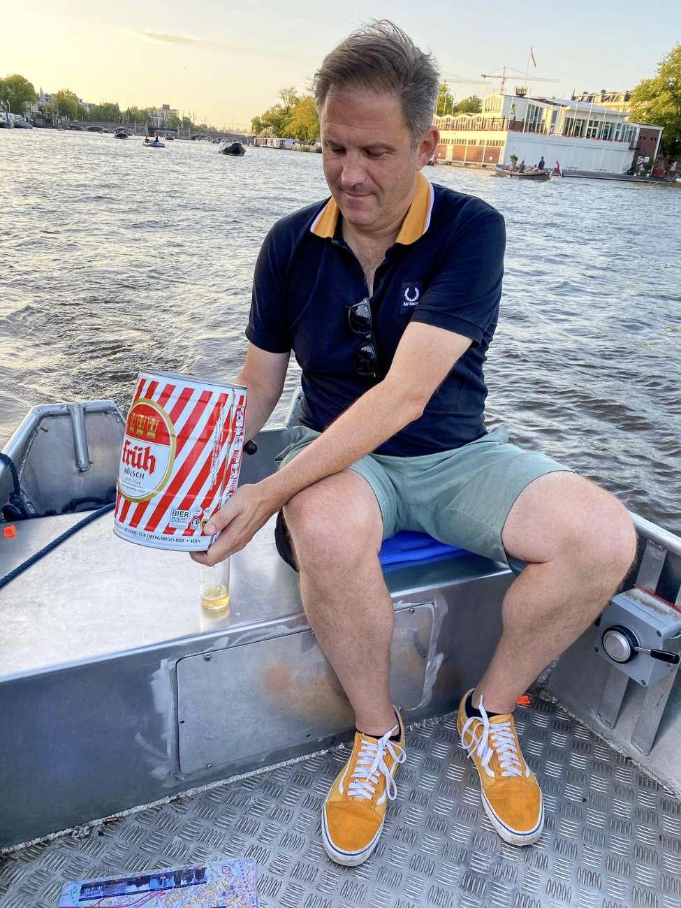 Autor Ralf Johnen zapft Bier aus einem Pittermännchen Früh Kölsch auf dem Amsterdamer Grachtengürtel