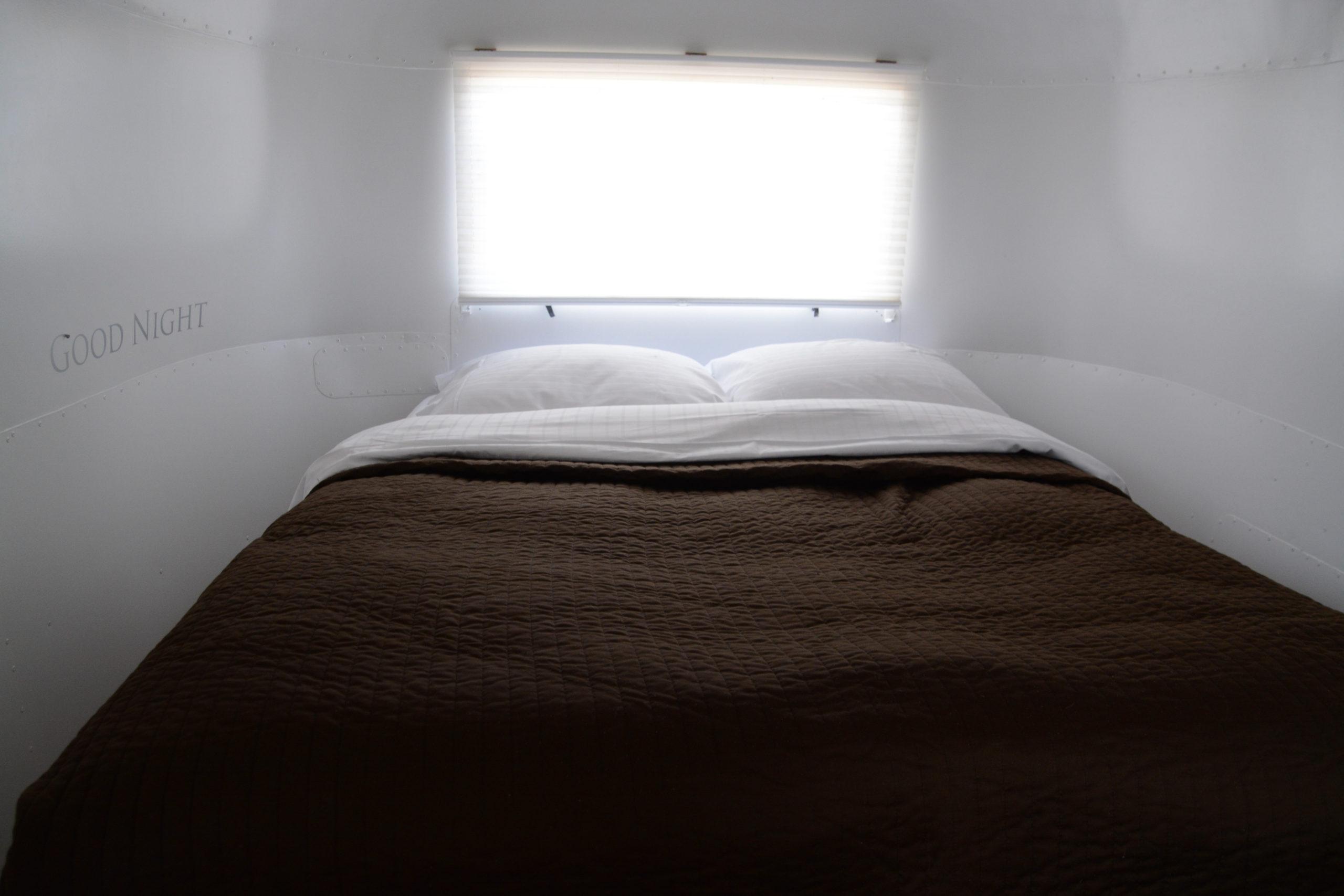 Schlafzimmer im Airstream am Campingplatz de Lakens in Holland