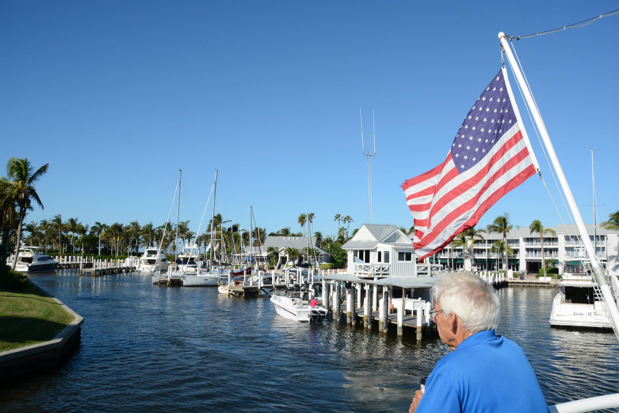 Ein Passagier steht unter einer amerikanischen Flagge und schaut auf Captiva Island in Florida