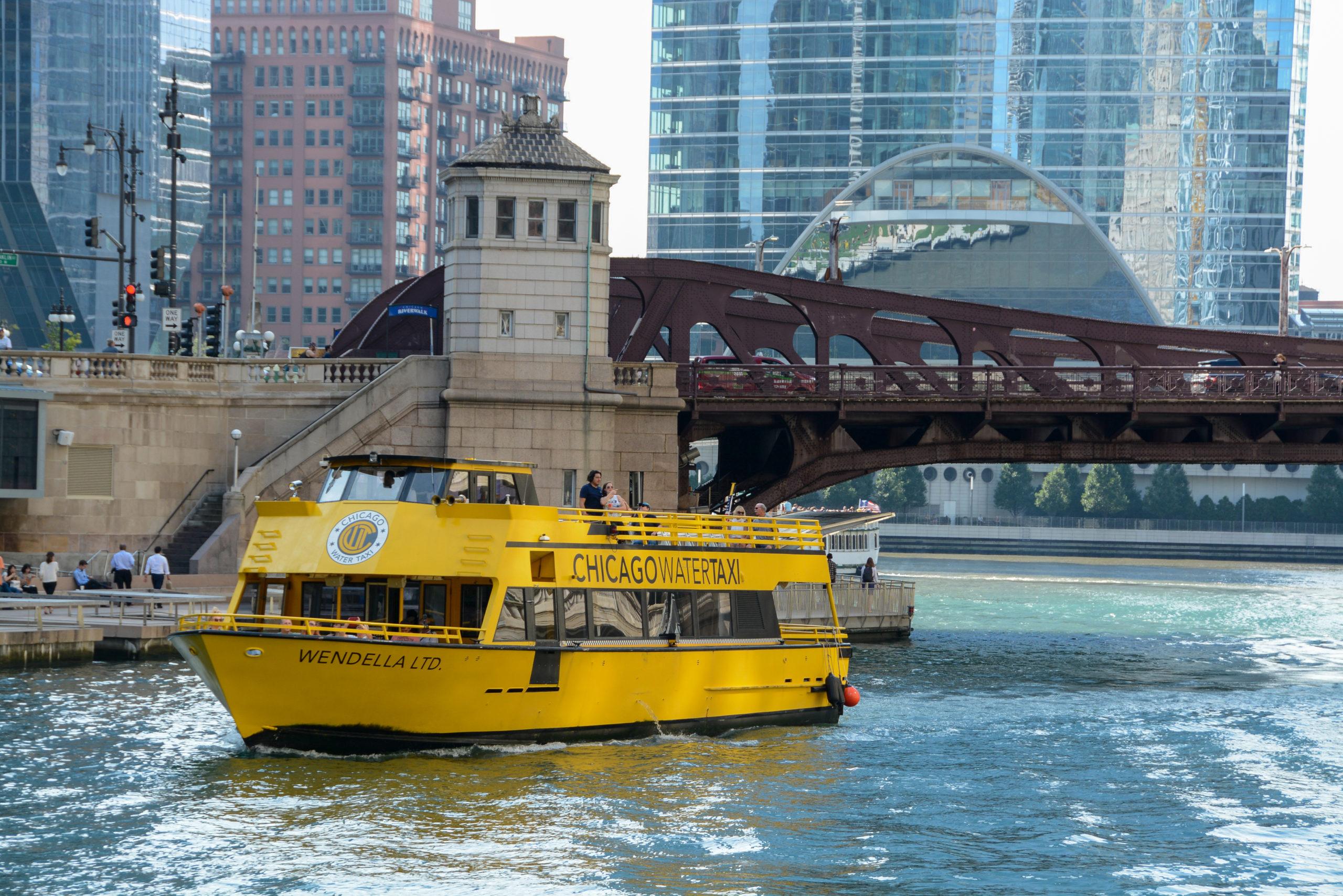 Wassertaxi auf dem Chicago River