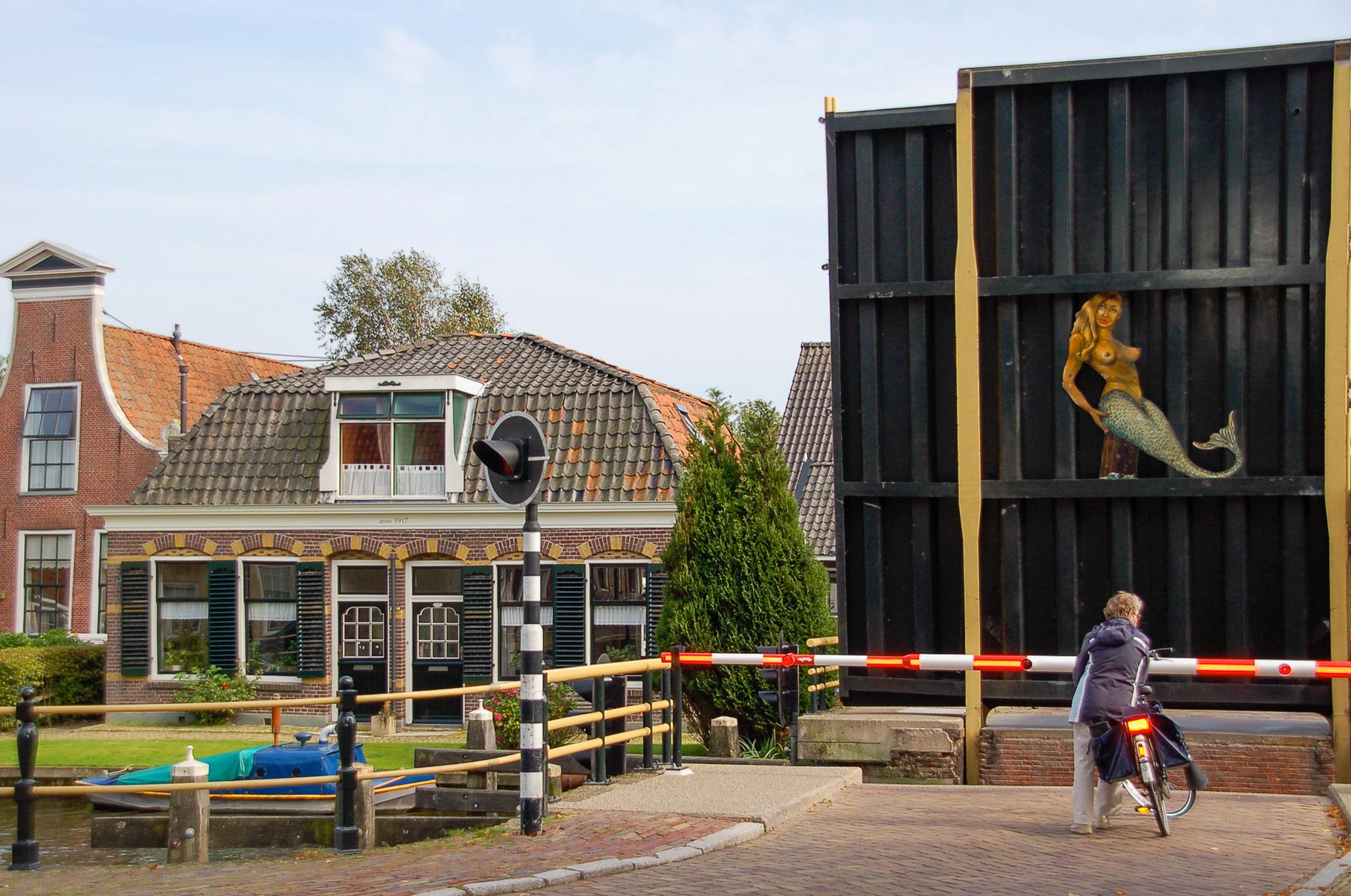 Offene Brücke währendd der Elfstädtetour per Boot in Friesland mit Badenixe