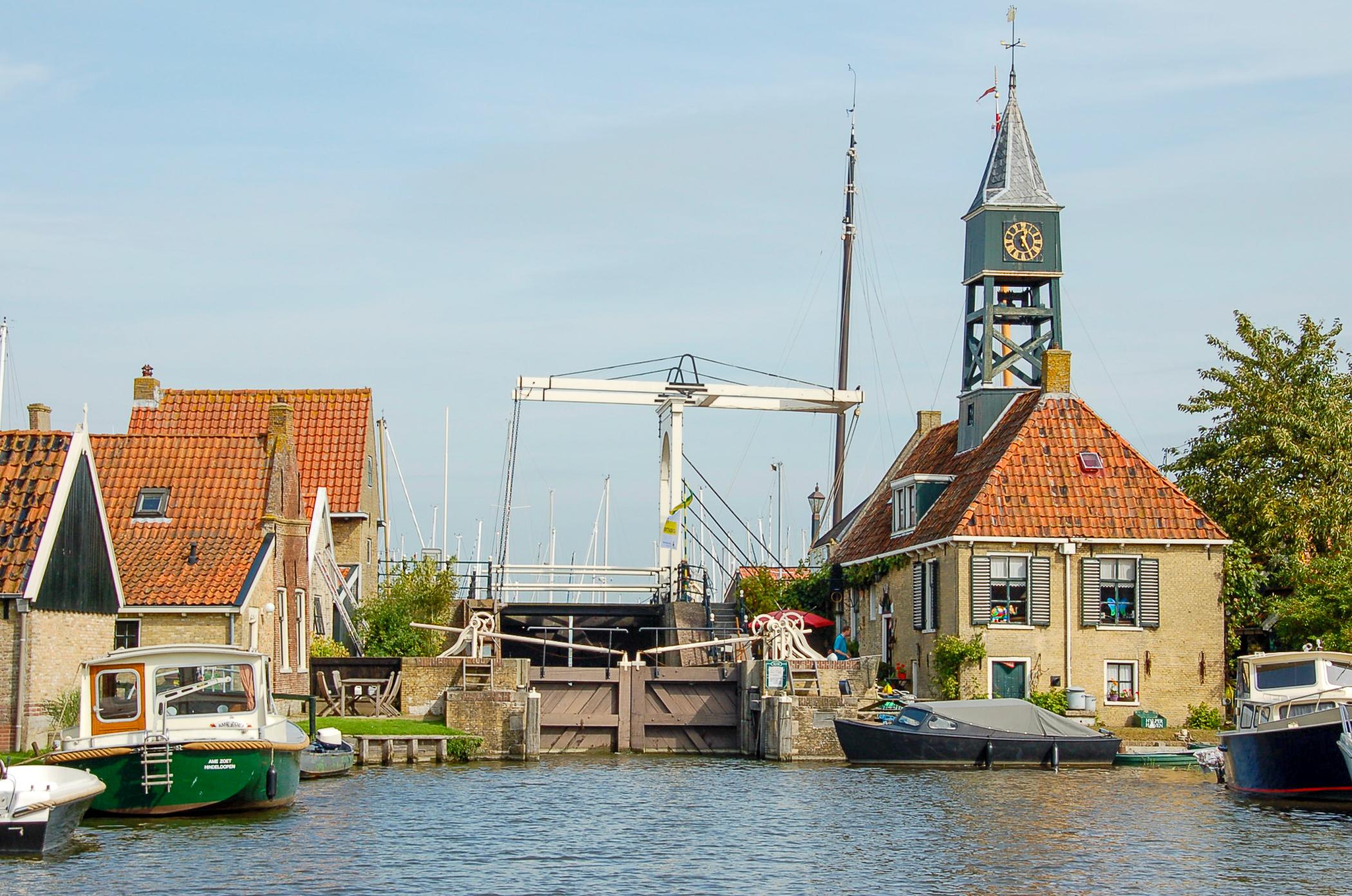 Kleine Orte wie Hindeloopen begleiten die Reisenden mit der Schaluppe in Friesland