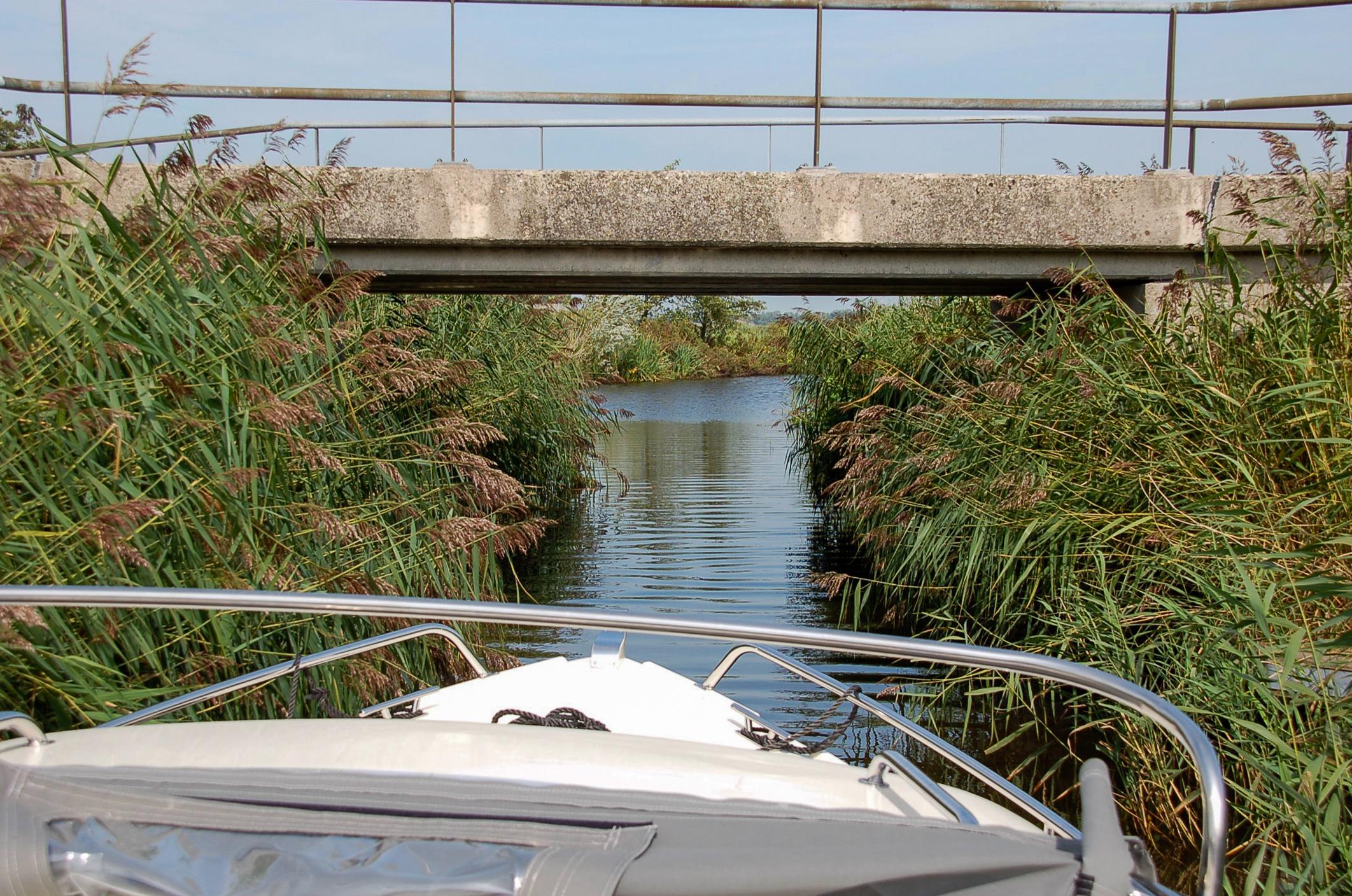 Niedrige Brücken sind immer wieder Hindernisse bei der Elfstädtetour per Boot durch Friesland