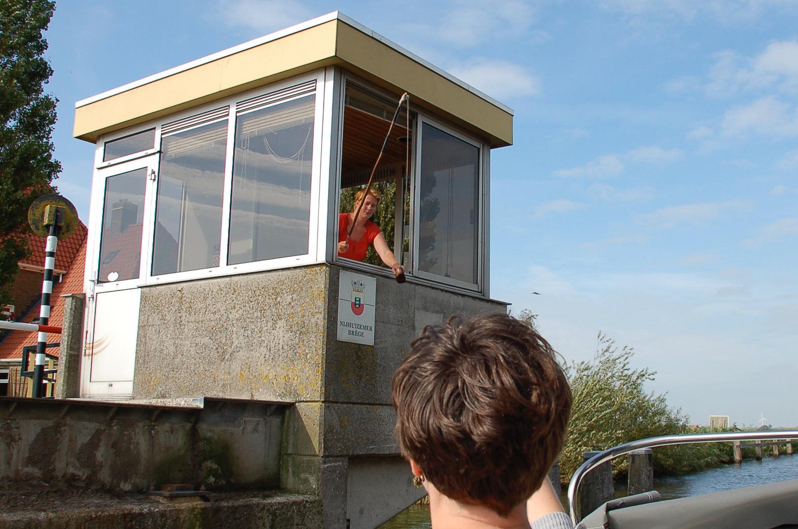 Das Brückengeld muss in den Holzschuh in den Niederlanden