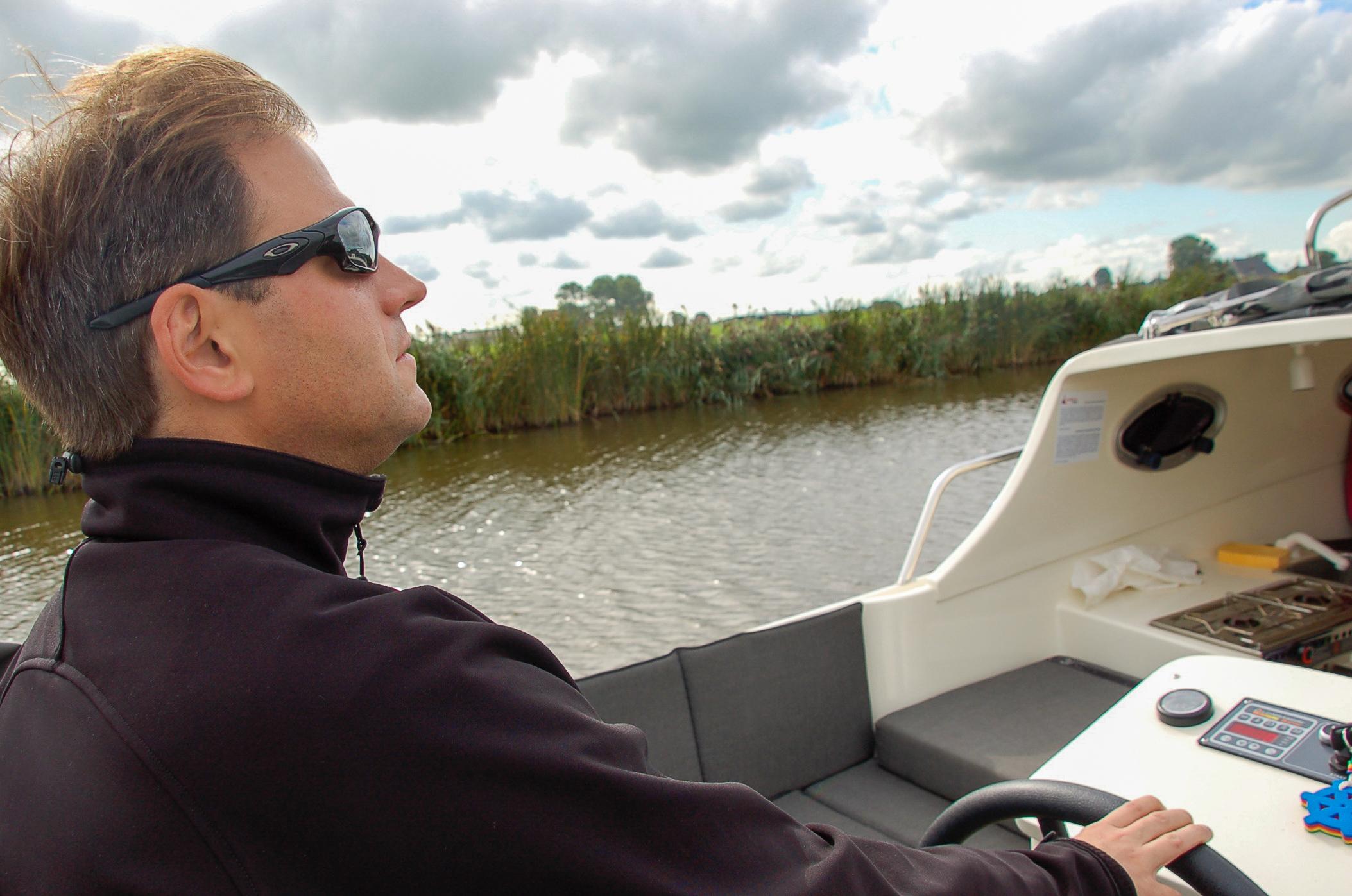 Kapitän Ralf am Ruder der Schaluppe
