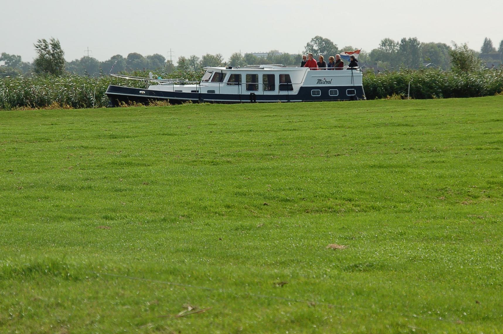 Ein Boot auf einer Wiese? Diesen Eindruck erweckt der Schnappschuss von der Eltstädtetour per Boot durch Friesland