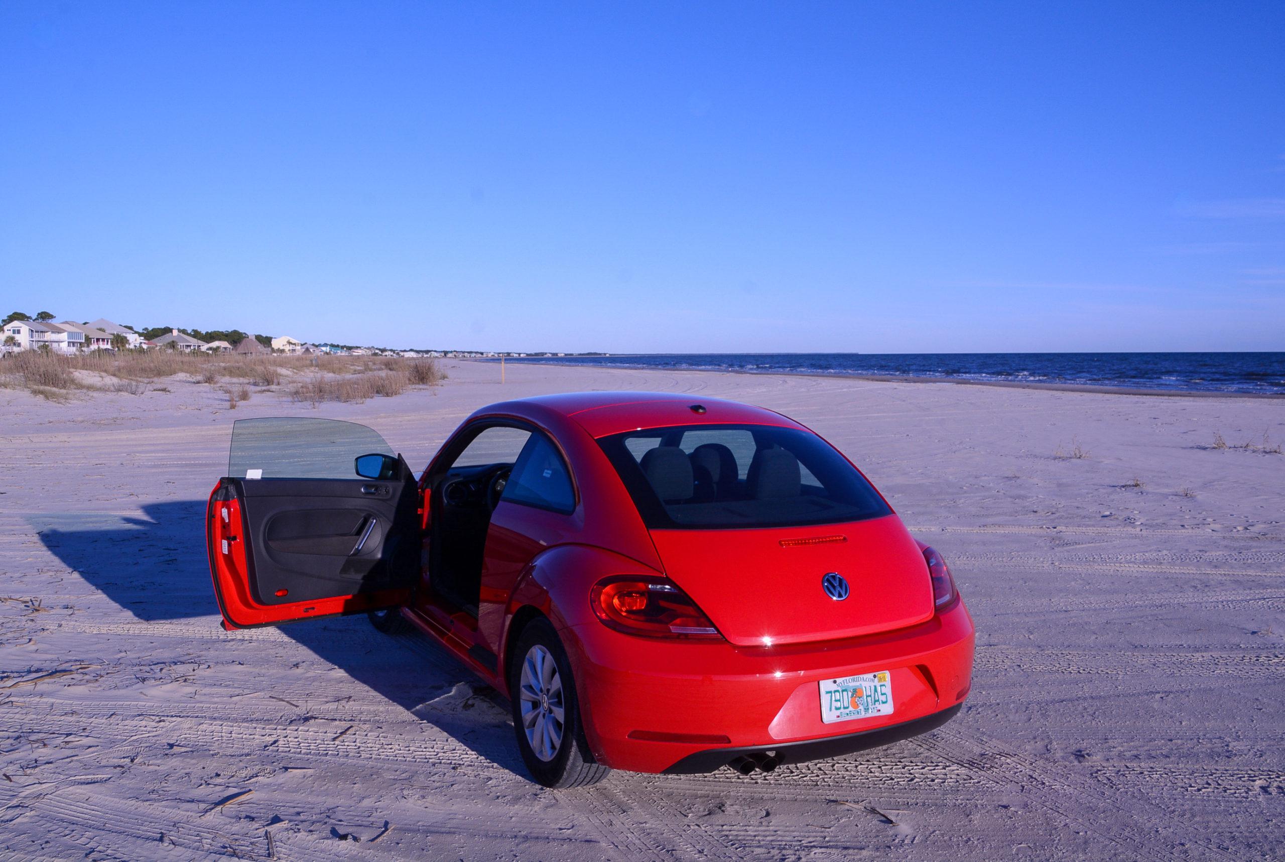 VW Beetle auf dem Strand von Carabell an der Forgotten Coast bei Apalachicola
