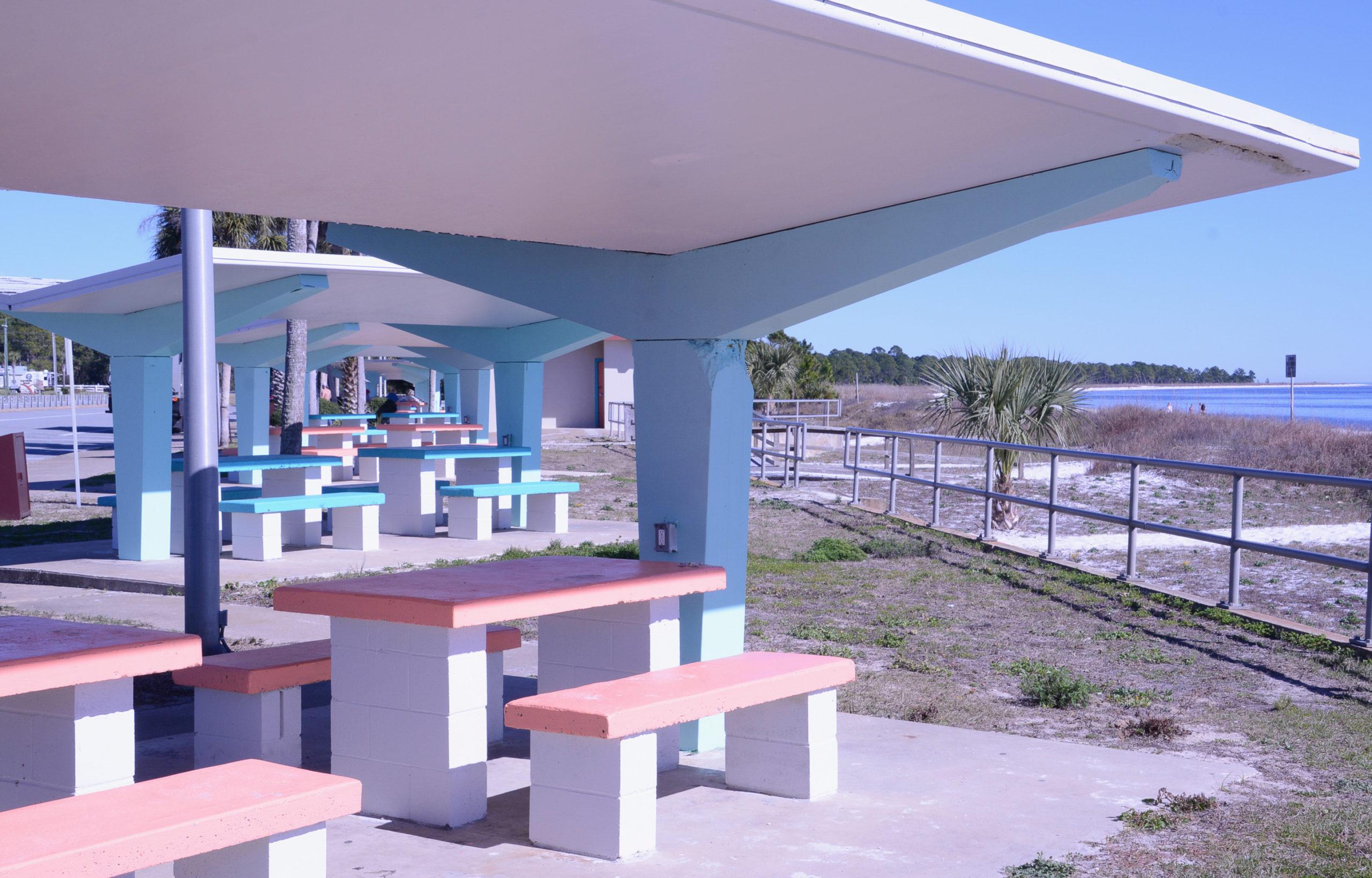 Pastellfarbener Picknickplatz am Strand von Carabell auf der Forgotten Coast in Florida