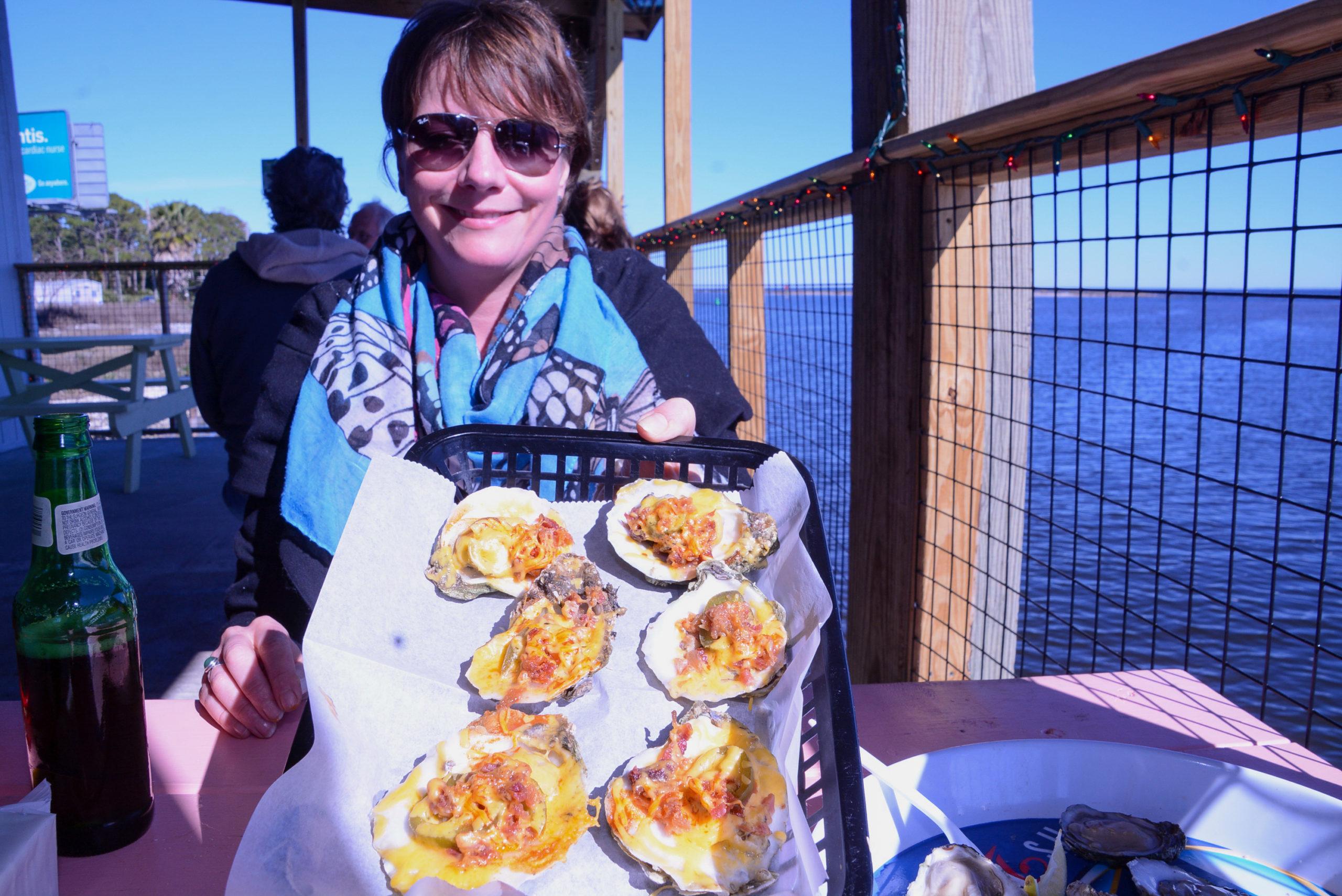 Glückliche Restaurant-Besucherin der Austern-Hauptstadt der Welt