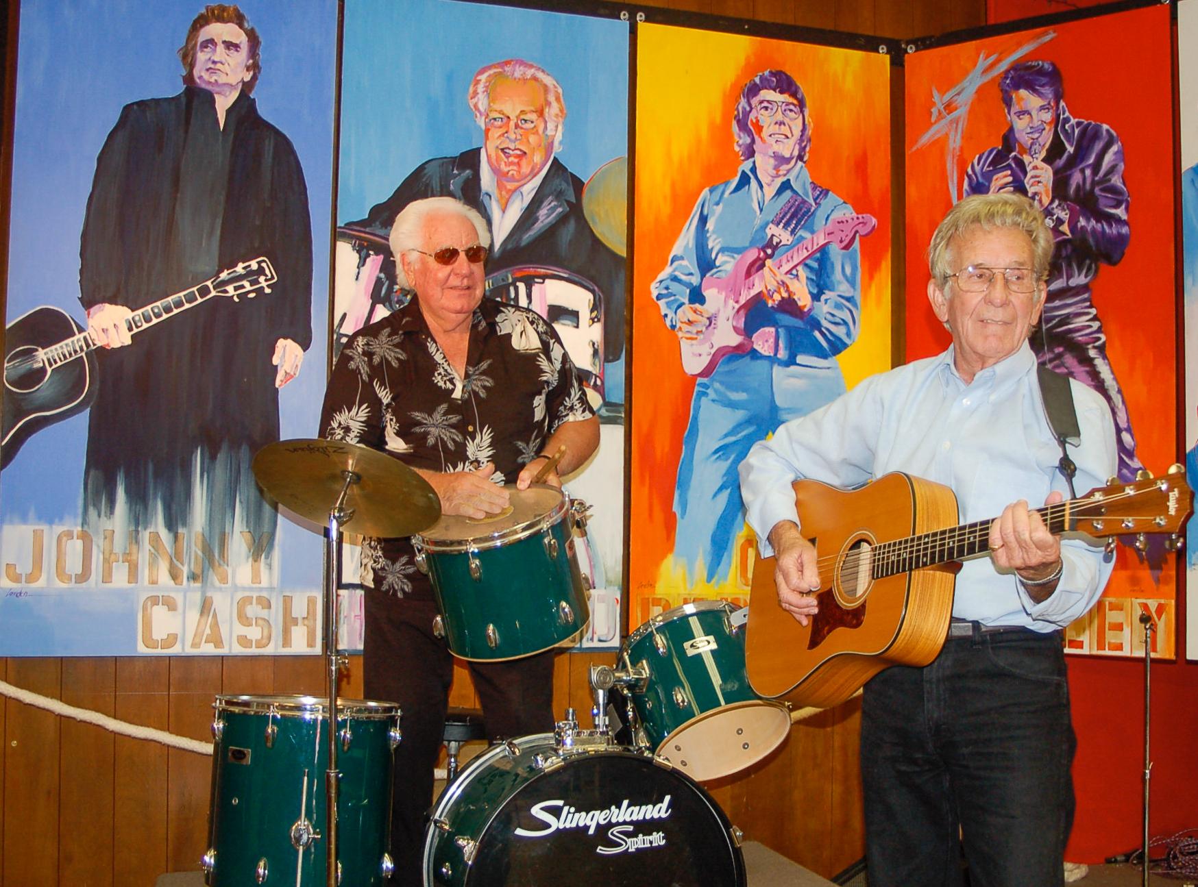 W.S. Holland an den Drums mit Rayburn Anthony an der Gitarre in der Rock'n Roll Hall of Fame