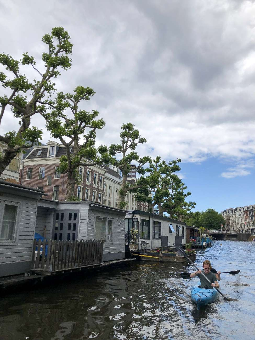 Kanutour auf den Amsterdamer Kanälen mit Hausbooten