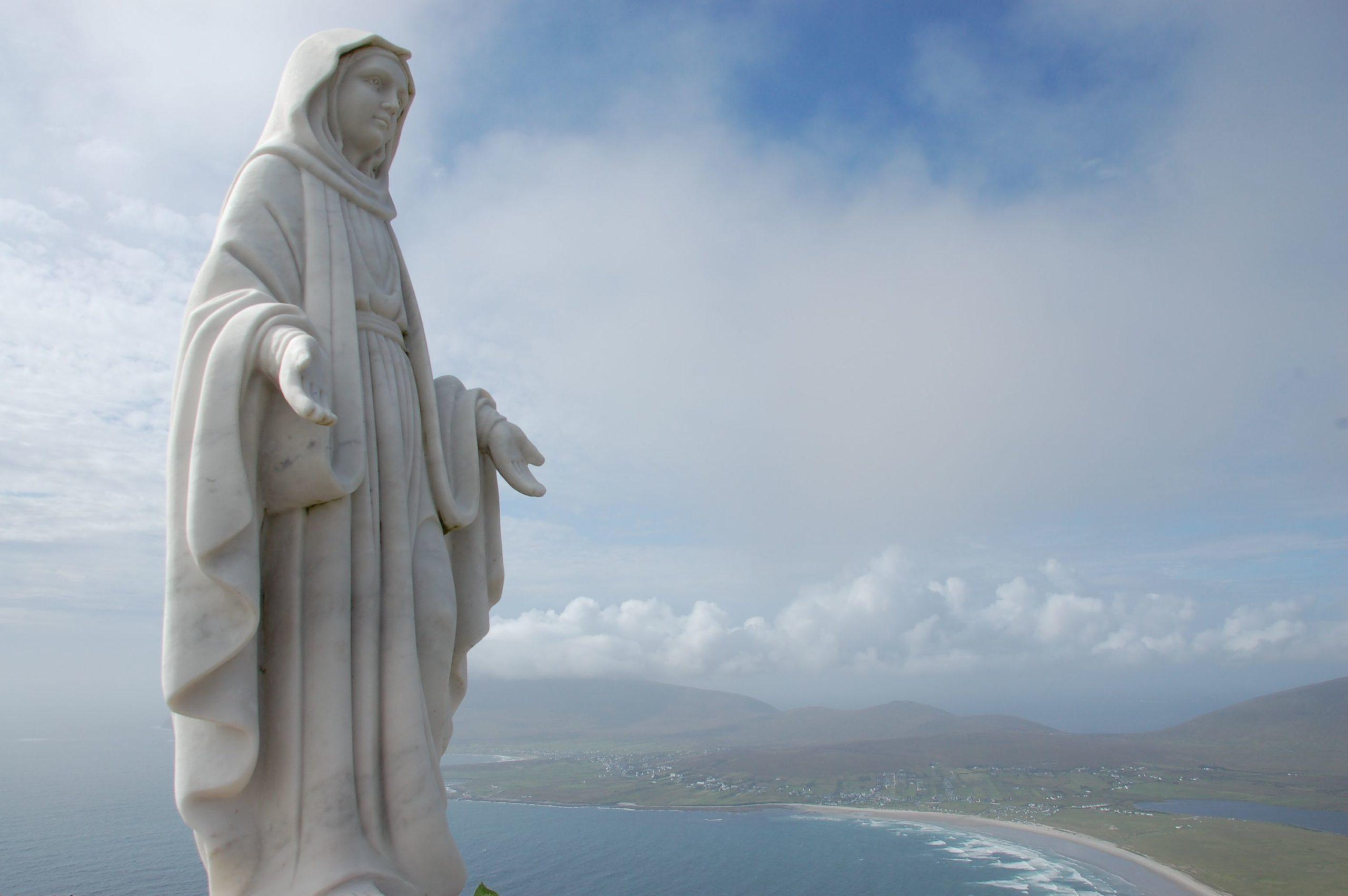Eine Madonna auf einem Berg auf der irischen Insel Achill Island