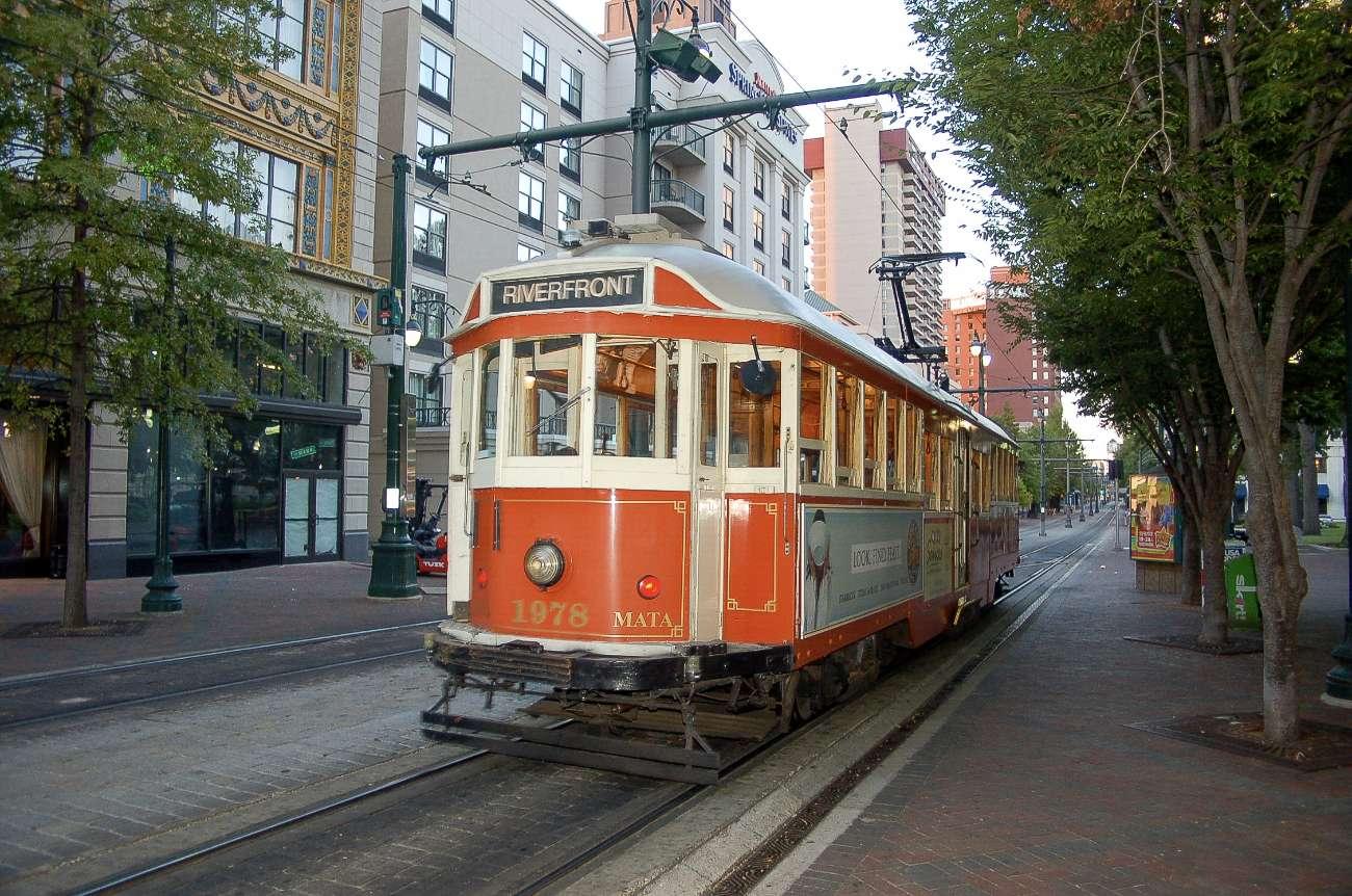 Eine alte Straßenbahn in der Innenstadt von Memphis