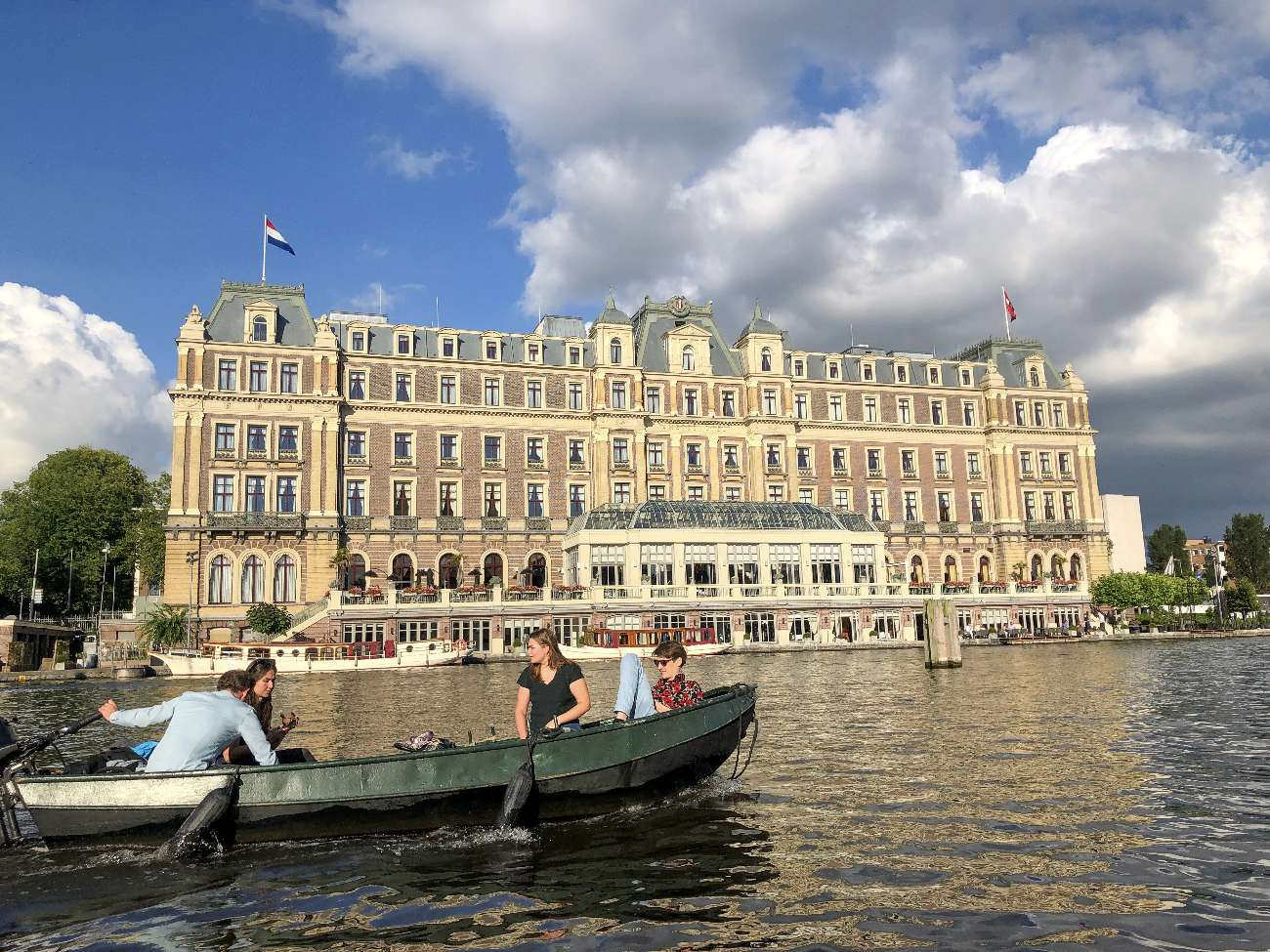 Das Amstel Hotel in Amsterdam an Bord eines Mokumboot