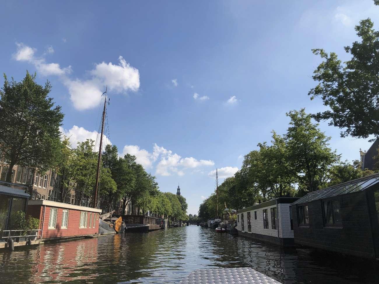 Eigenes Boot mieten in Amsterdam unterwegs auf der Prinsengracht