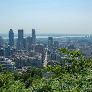 Blick auf die Skyline von Montreal vom Berg Mont Real mit Sankt-Lorenz-Strom im Hintergrund