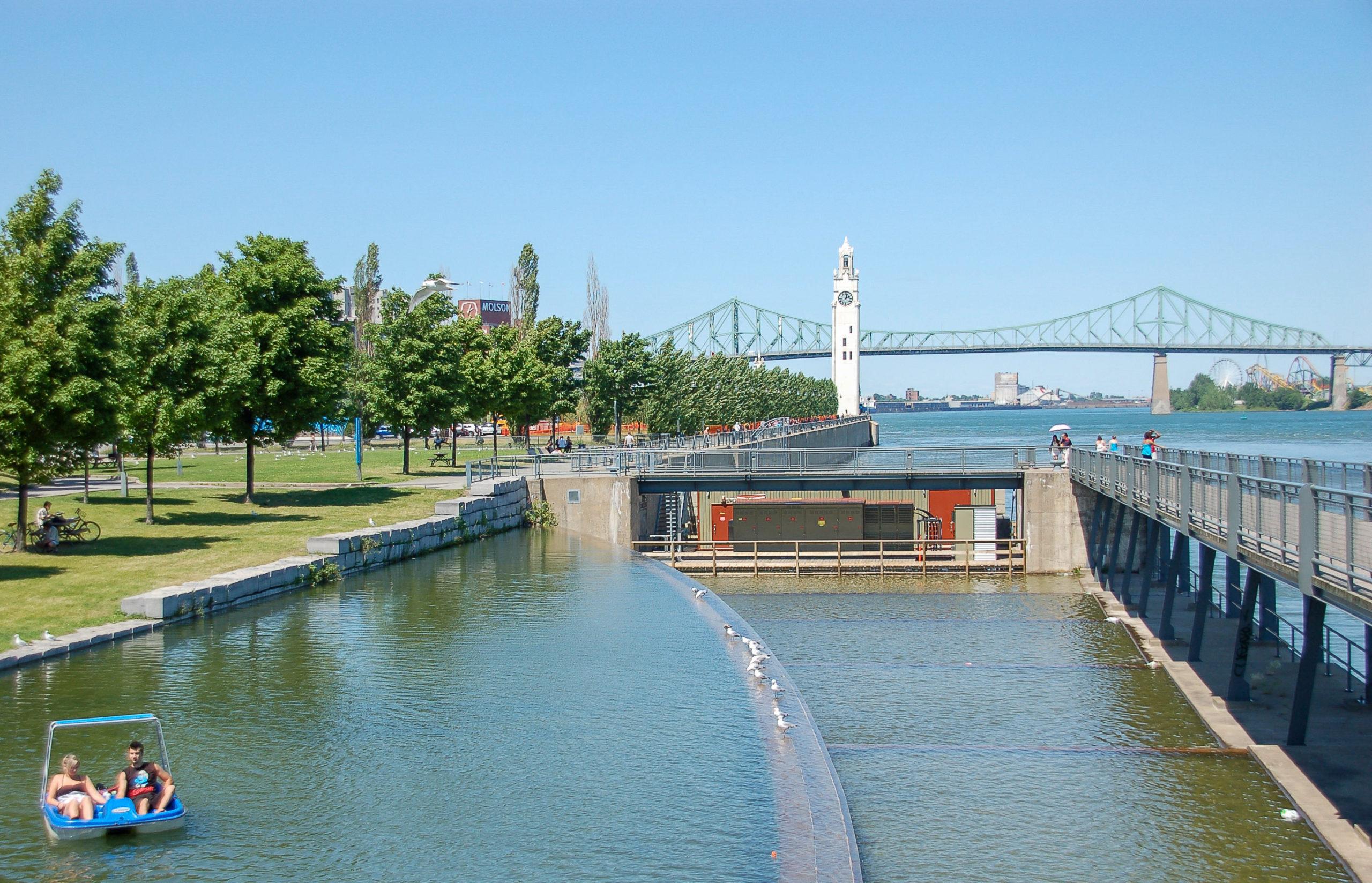 Tretboot auf Gewässer vor dem Sankt-Lorenz-Strom in Montreal