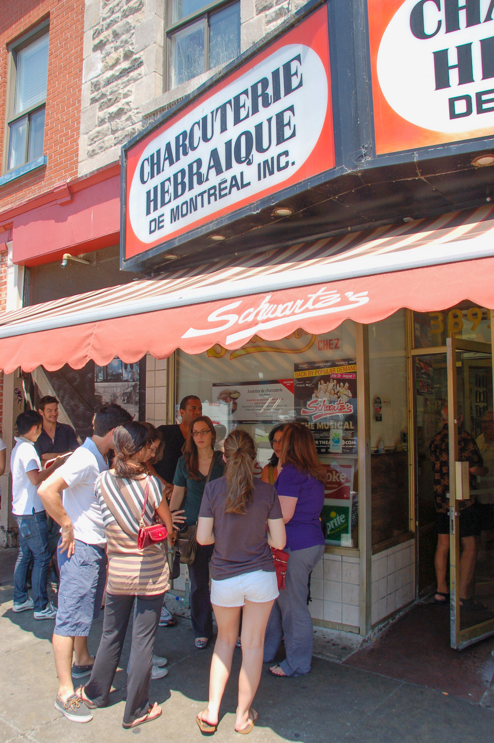 Schlange vor Schwartz's Delikatessen in Montreal