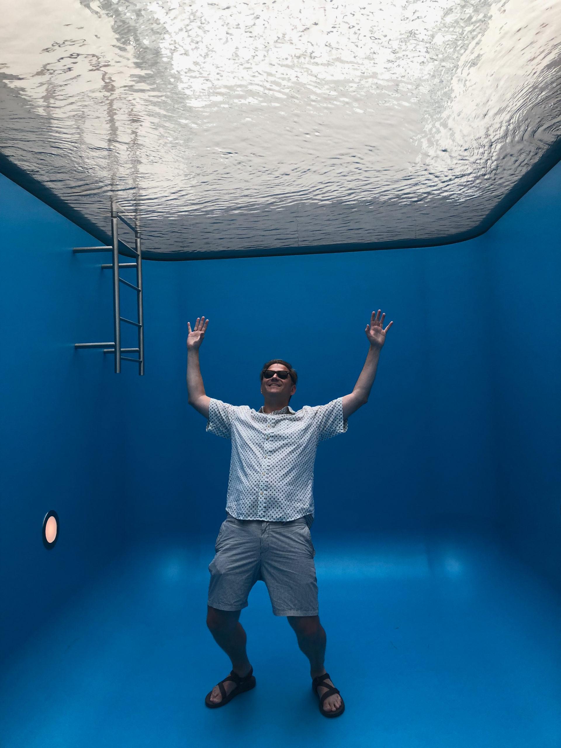 Blogger Ralf Johnen badet im Fake-Pool von Leandro Erlich im Museum Voorlinden bei Den Haag