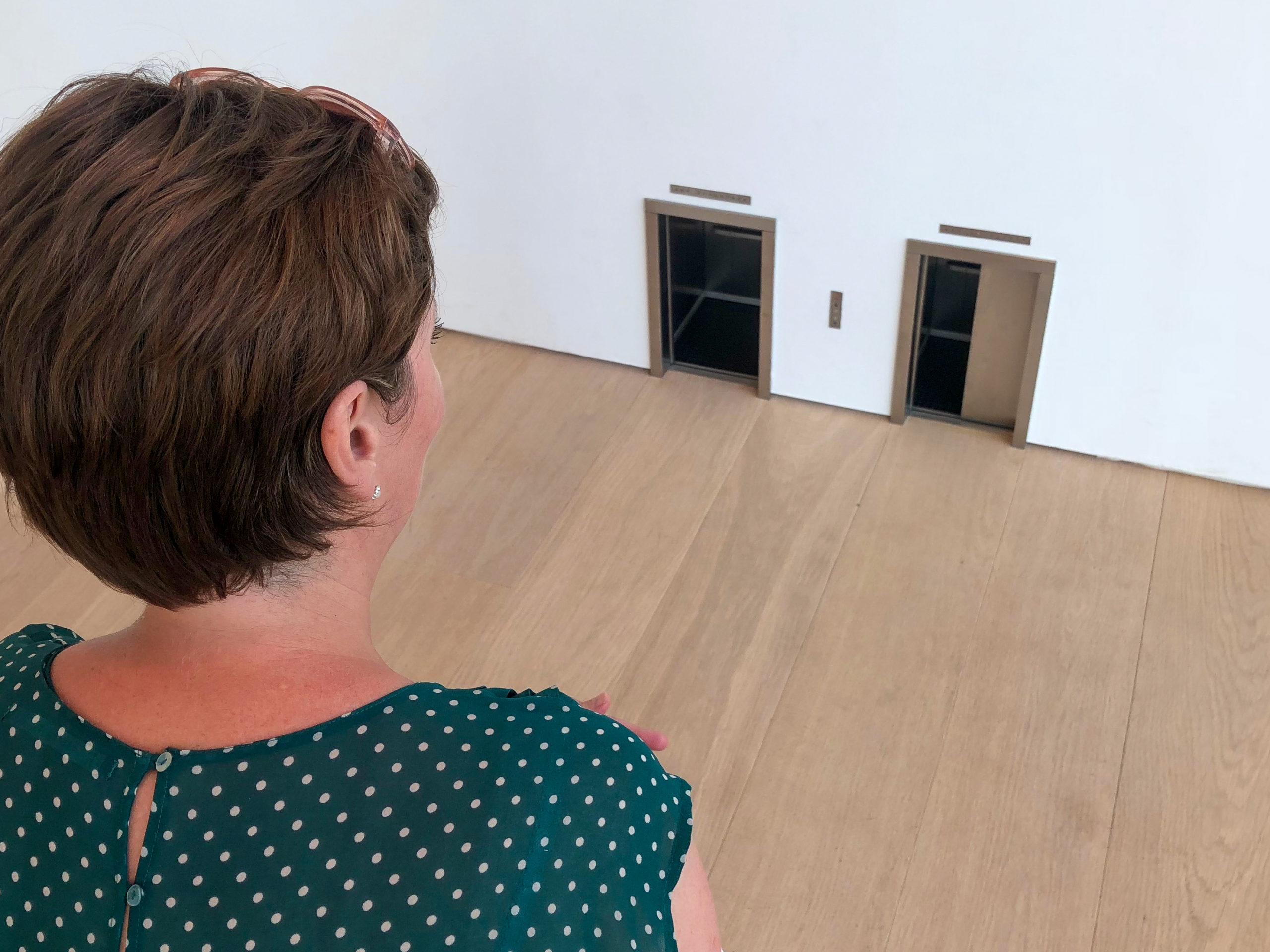 Mäuse-Aufzüge? Diese Frage stellt sich beim Anblick des Kunstwerks von Maurizio Cattelan.