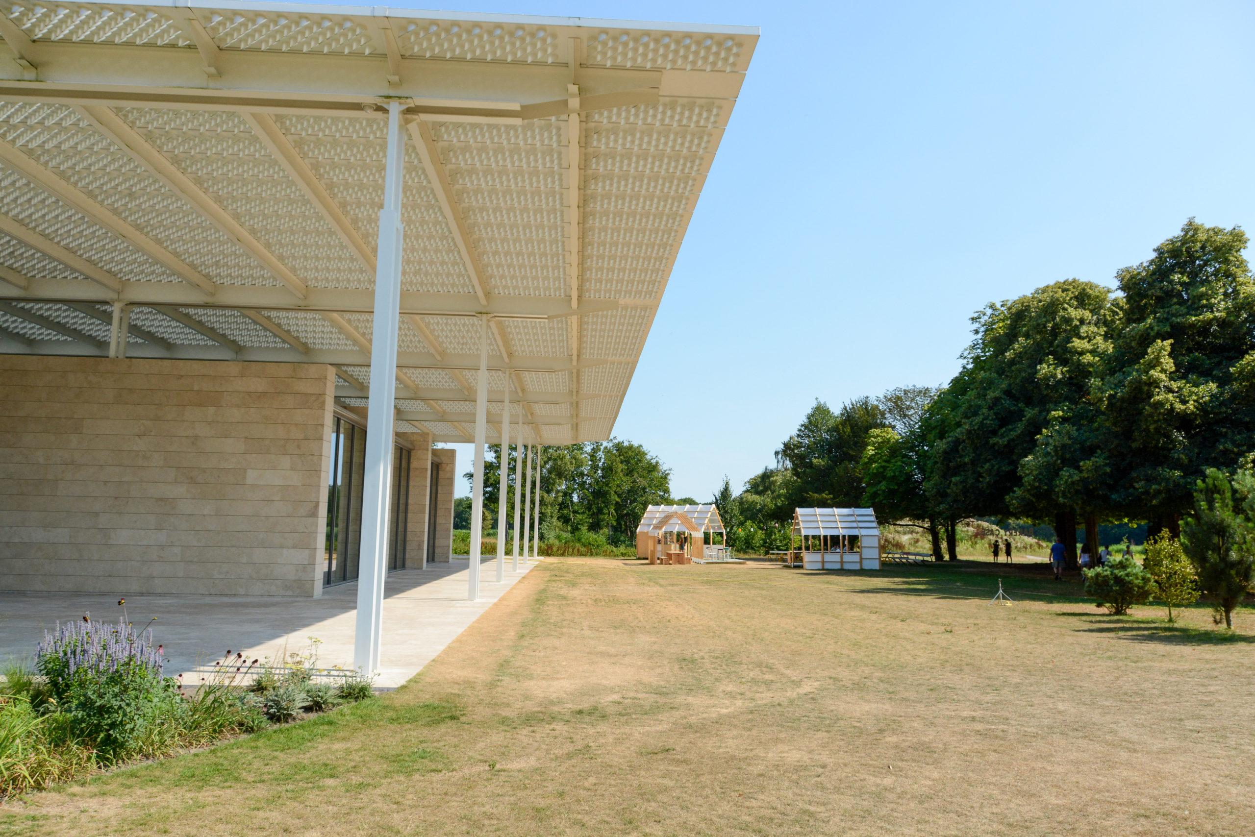 Ein gewaltiger Dachvorsprung bestimmt den Museumsgarten mit Minigewächshäusern