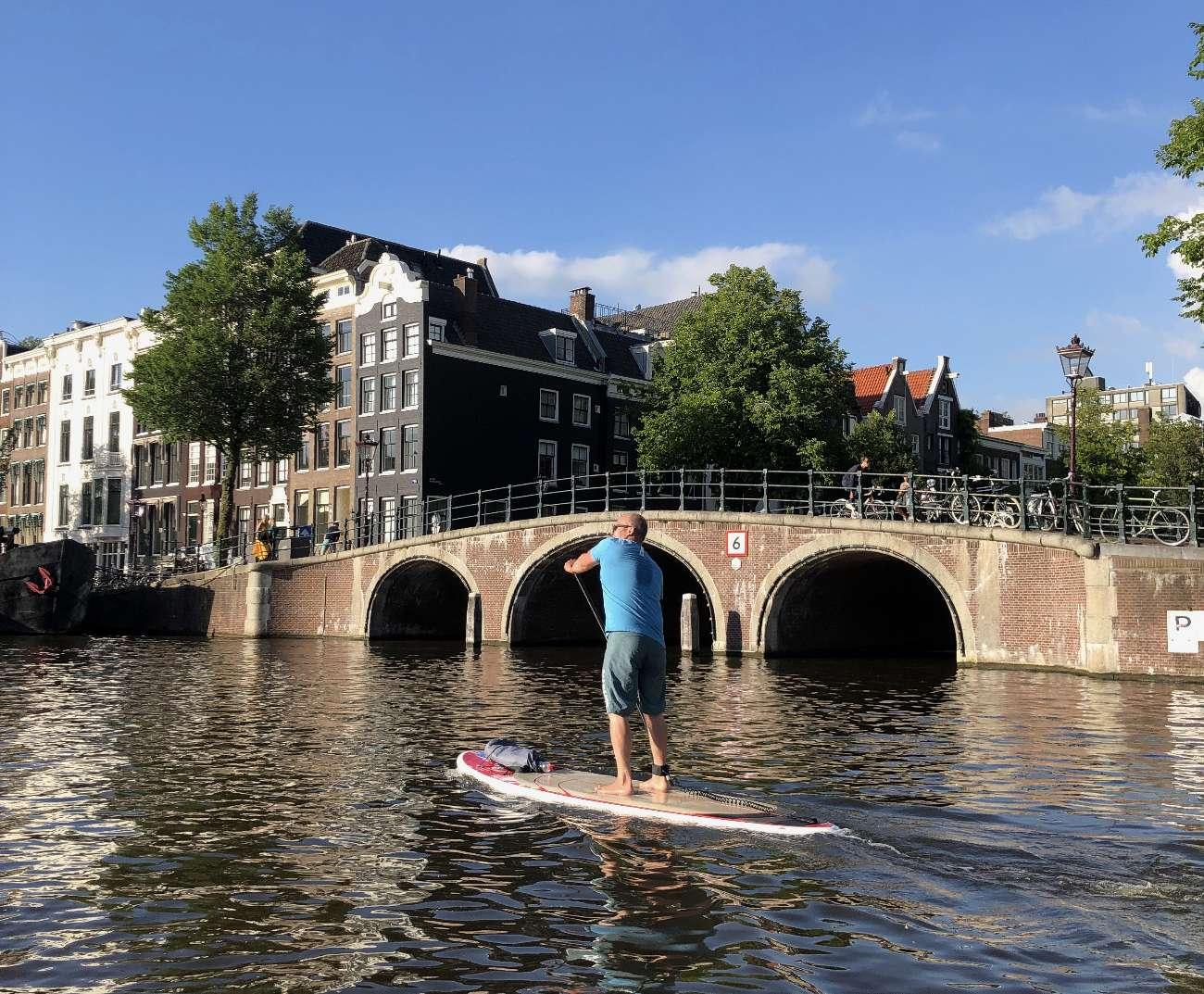 Stand-up-Paddler auf der Amstel in Amsterdam