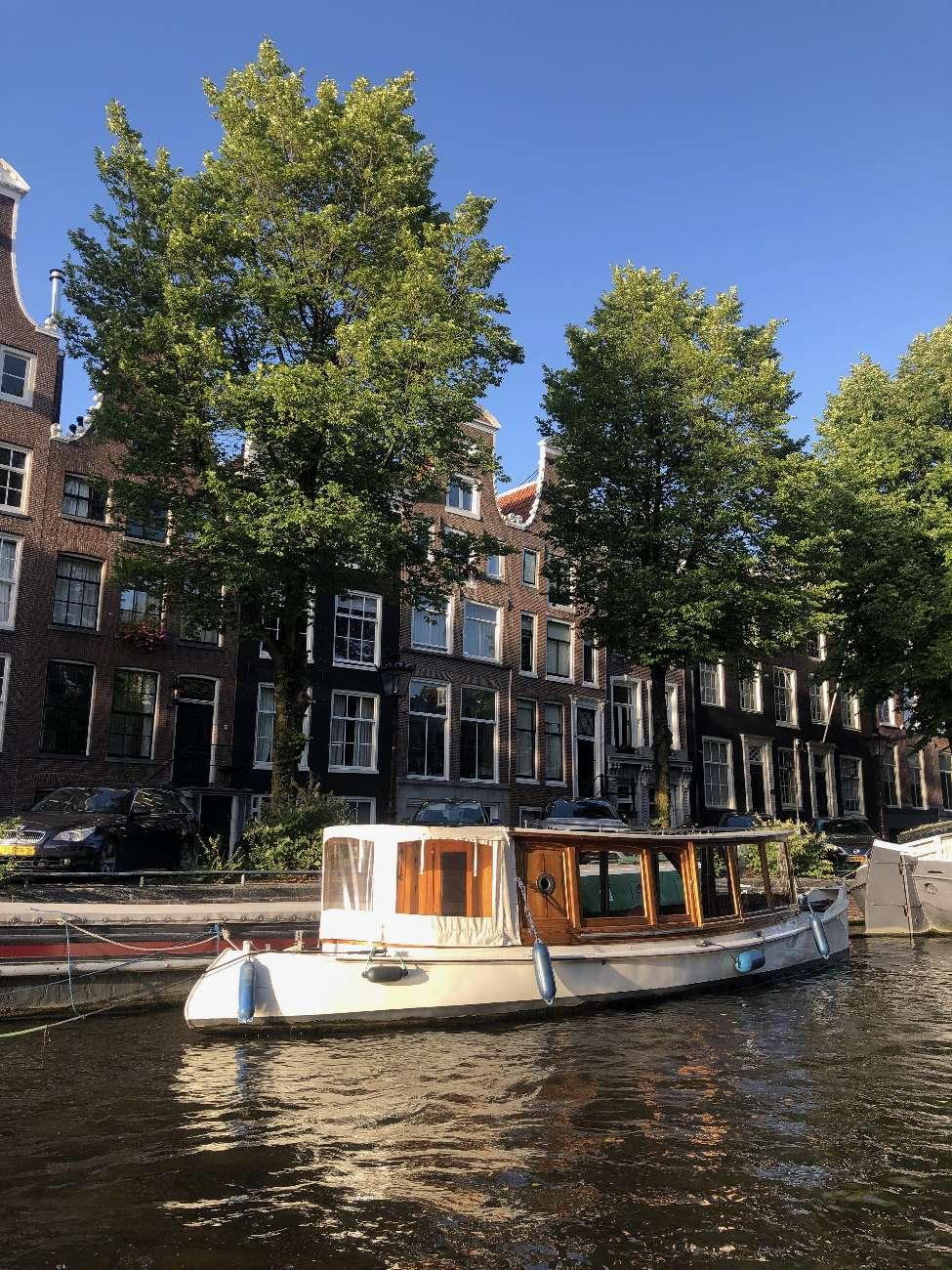 Salonboot auf dem Amsterdamer Grachtengürtel