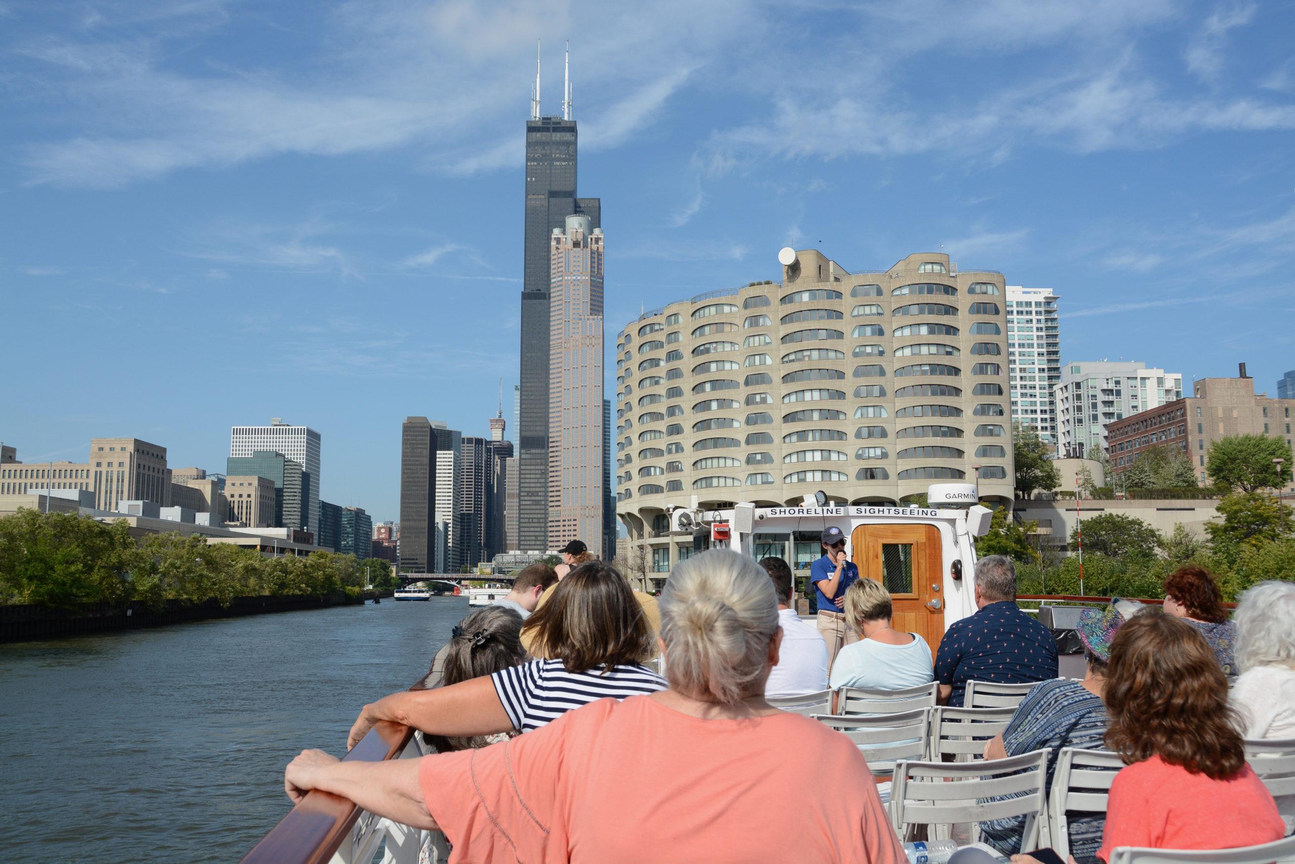 Ausflugsboot vor der Kulisse des Sears Tower in Chicago