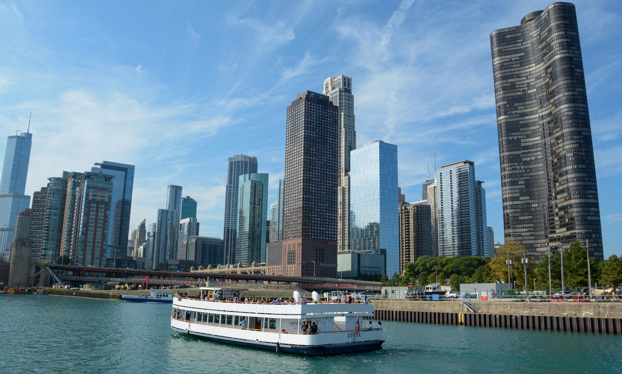 Ausflugsboot vor der Skyline von Chicago mit Lake Point Tower