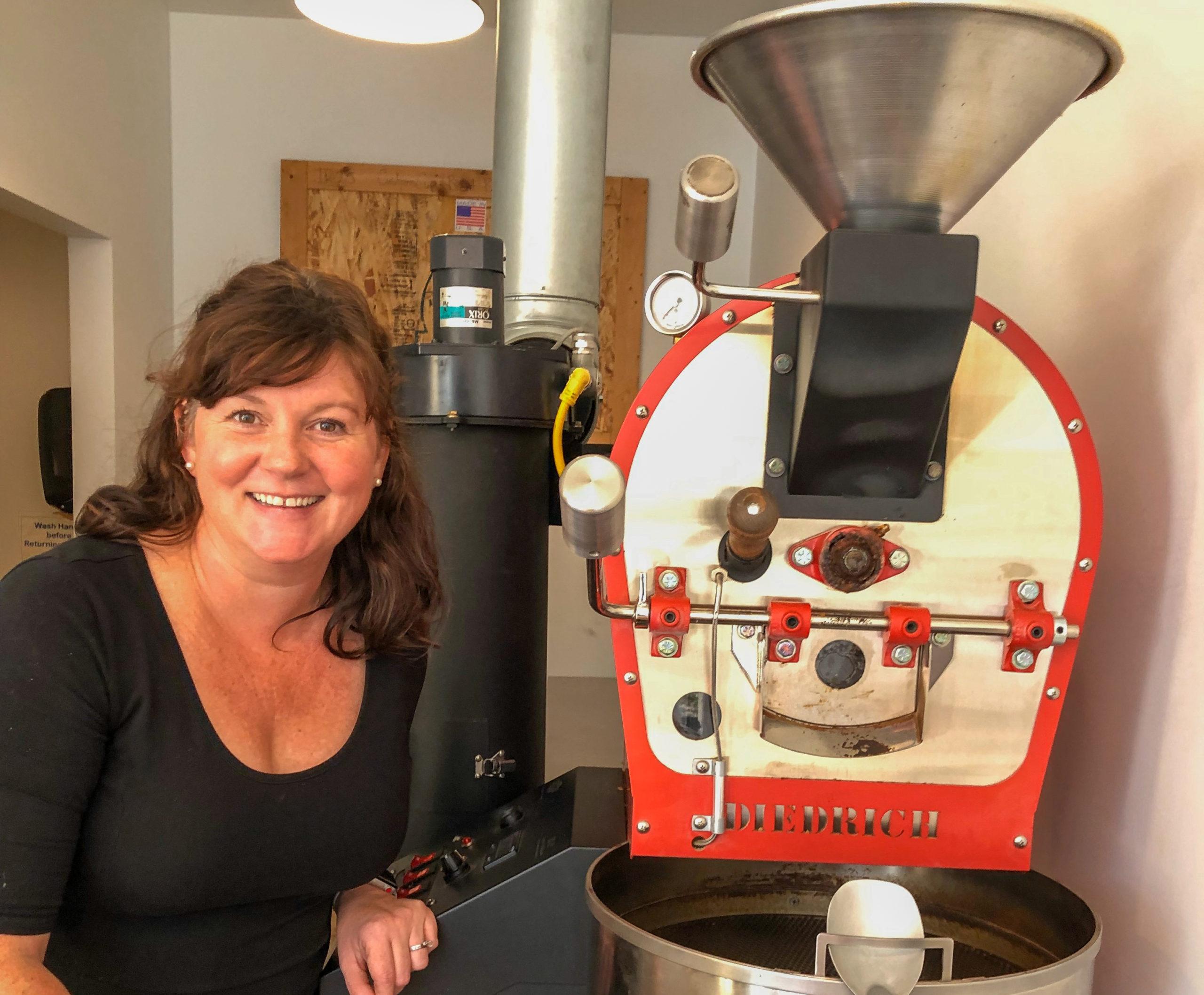 Besitzerin von Custom Cup in Springfield, Illinois, mit Kaffeemaschine