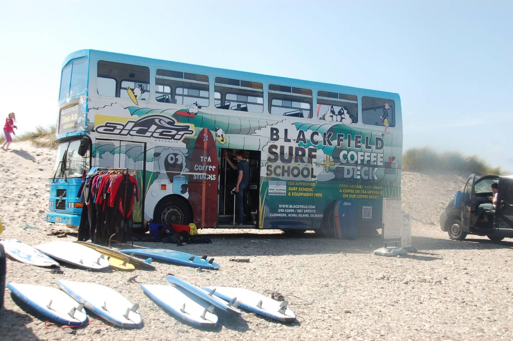 Der Bus der Surfschule Blackfield auf Achill Island