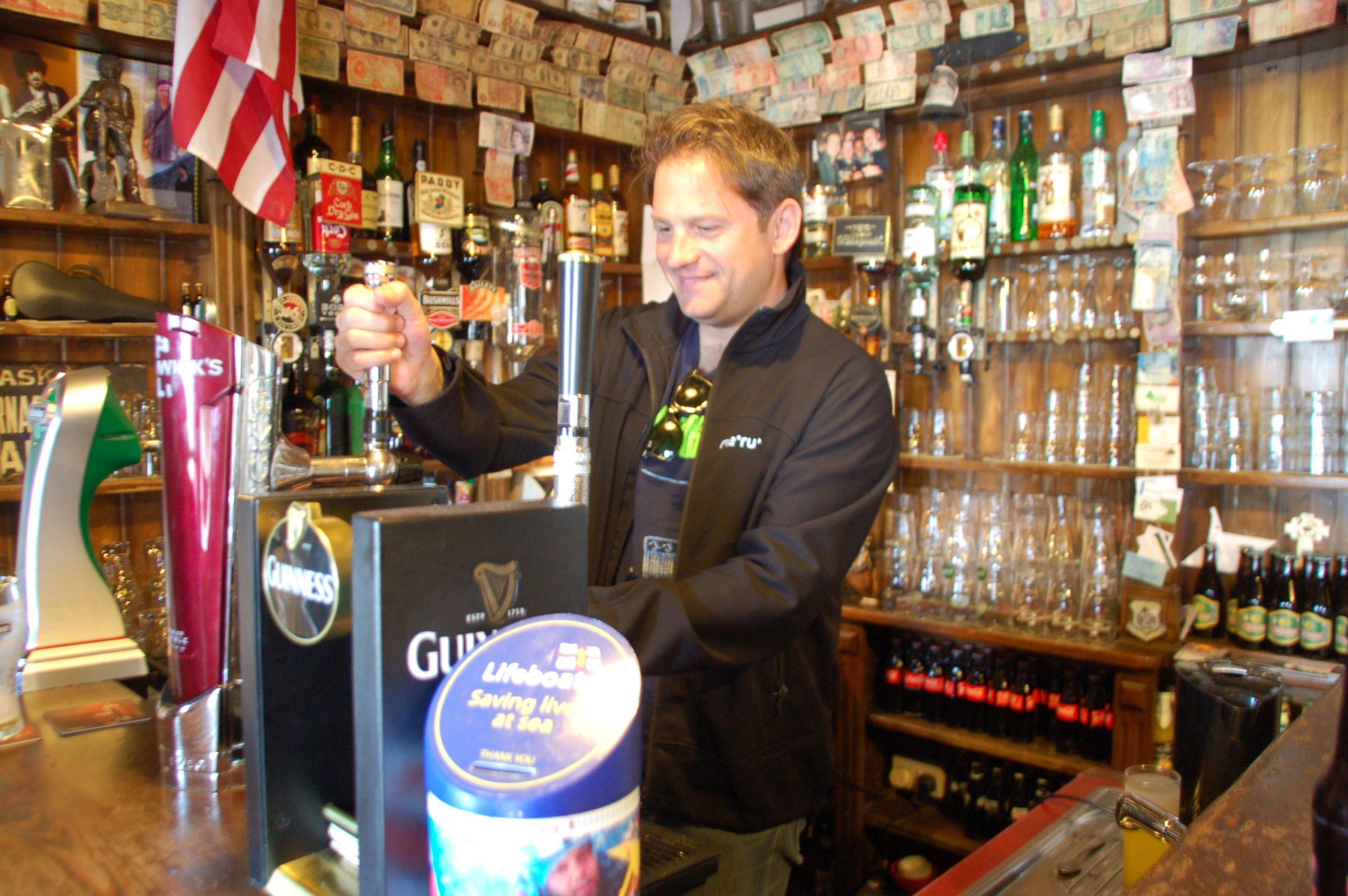 Autor Ralf Johnen zapft ein Guinness in der Kneipe Lynott