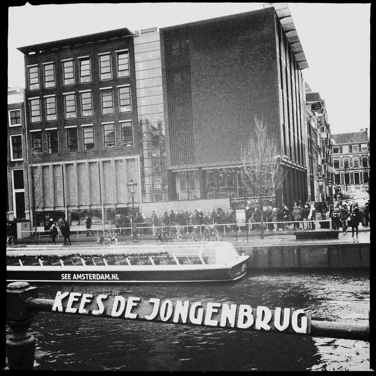 Das Anne-Frank-Haus an der Prinsengracht mit Rundfahrtboot