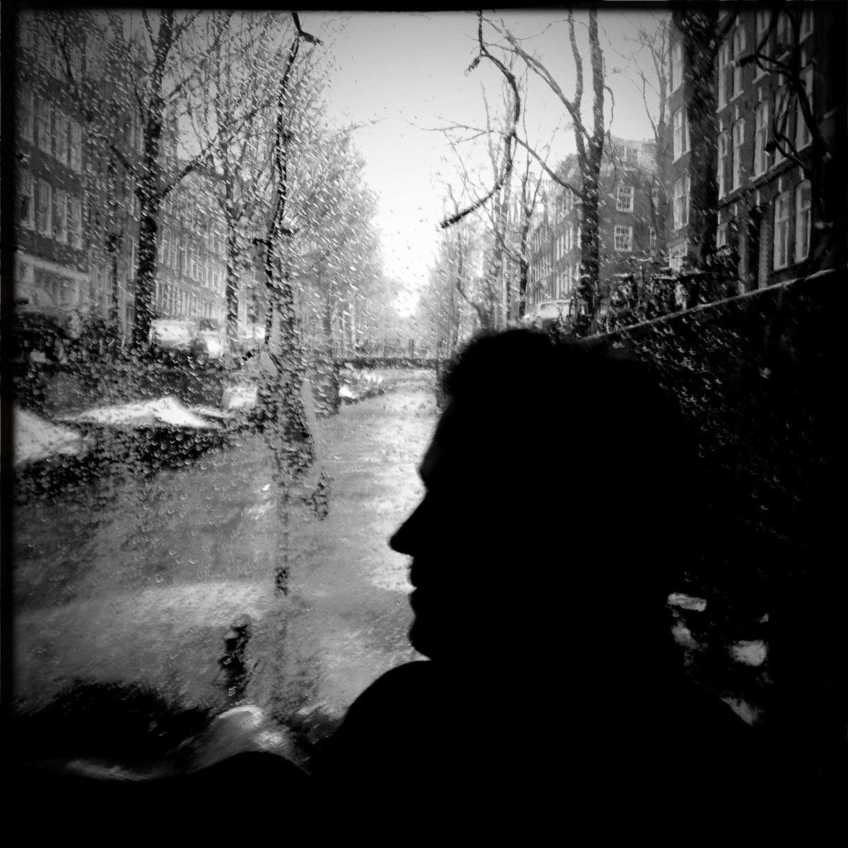 Autor Ralf Johnen an Bord eines Salonboots im Grachtengürtel von Amsterdam
