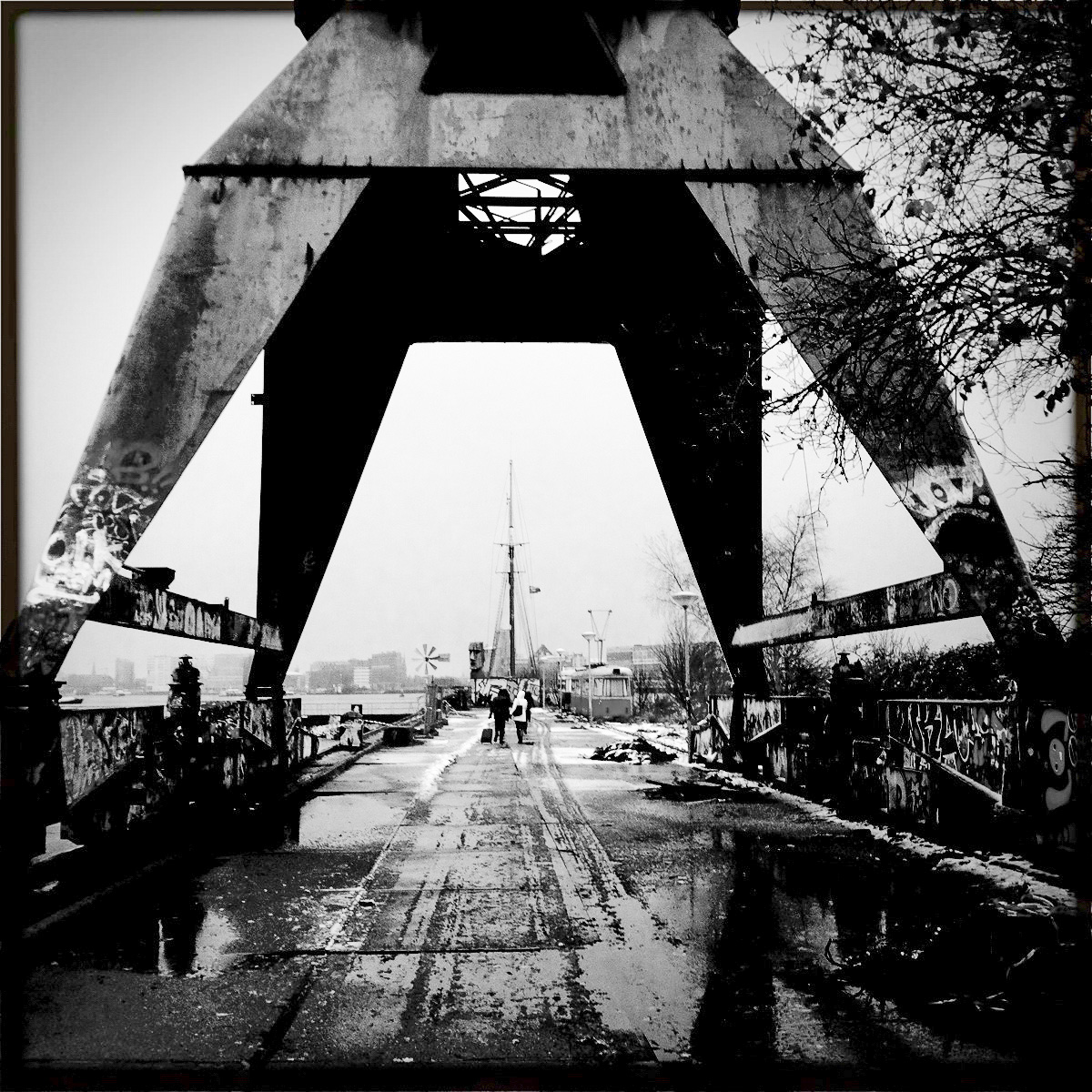 Ein alter Hafenkran auf dem NDSM-Gelände in Amsterdam Noord