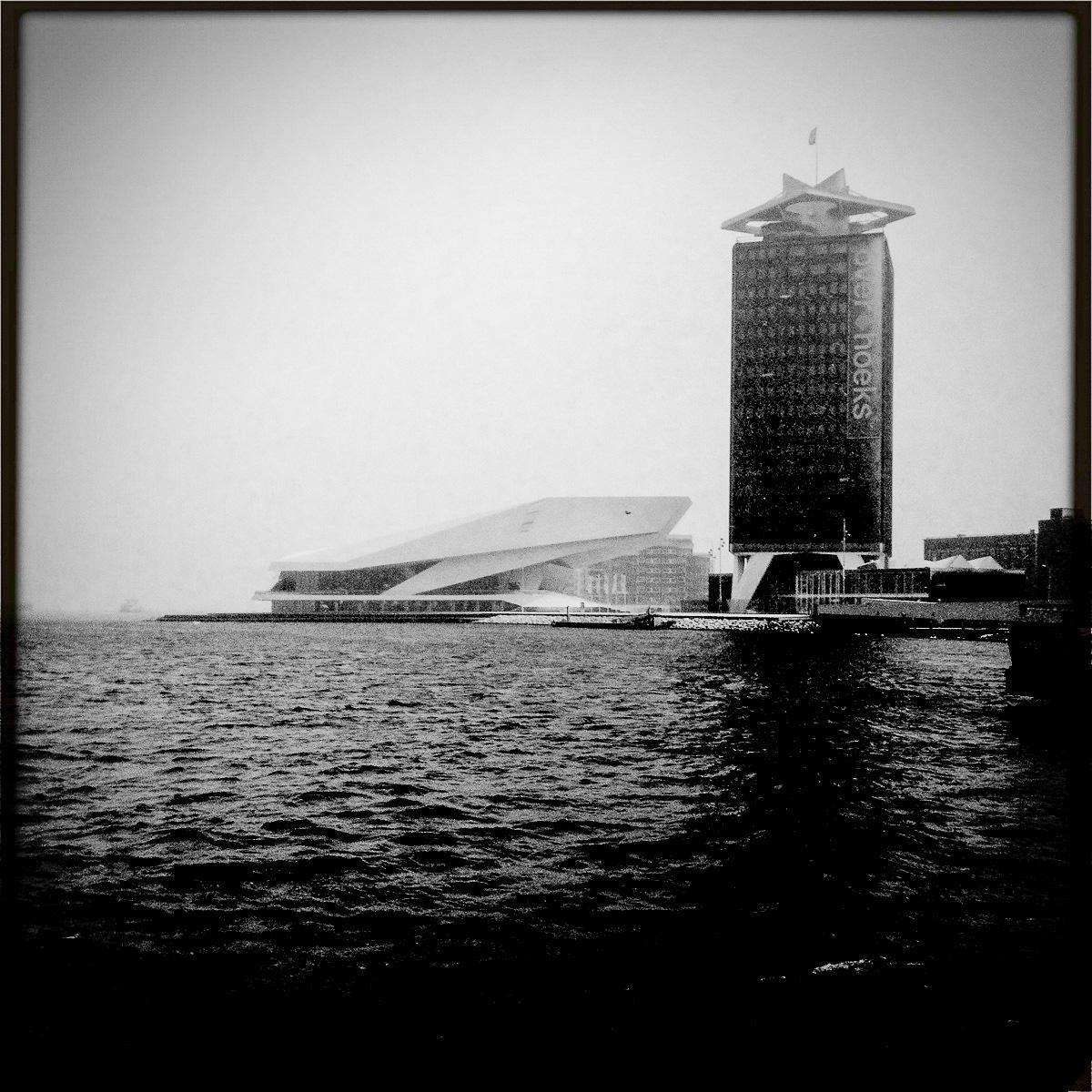 Der Filmmuseum Eye am Ij mit der ehemaligen Shell-Zentrale, die inzwischen als Adam-Tower firmiert.