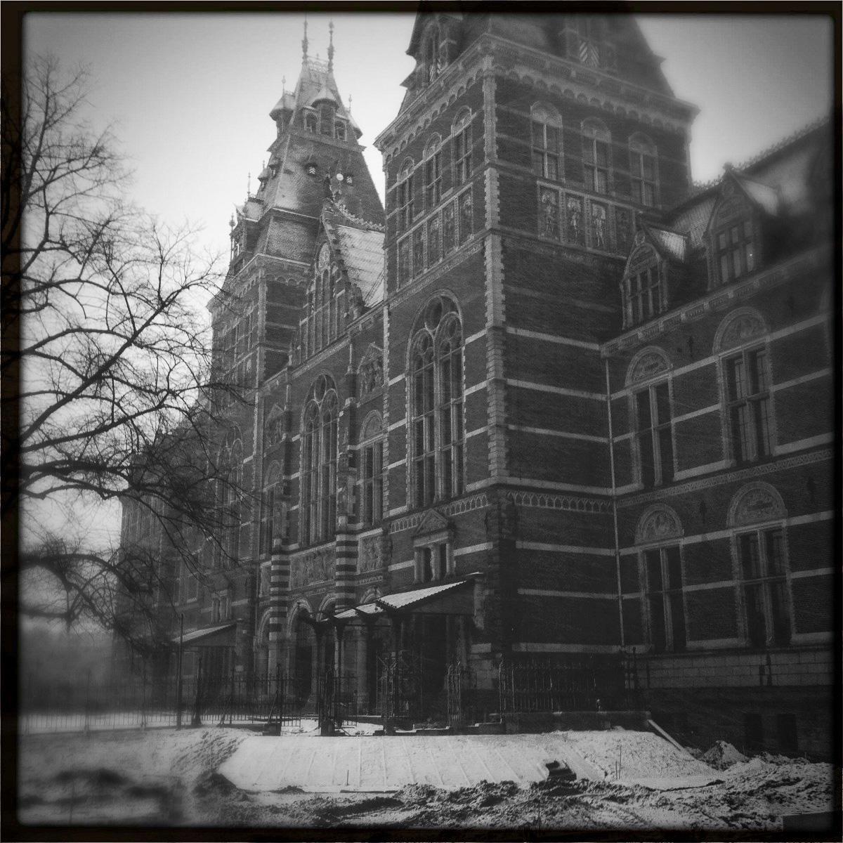 Das Rijksmuseum in Amsterdam mit dünner Schneedecke.