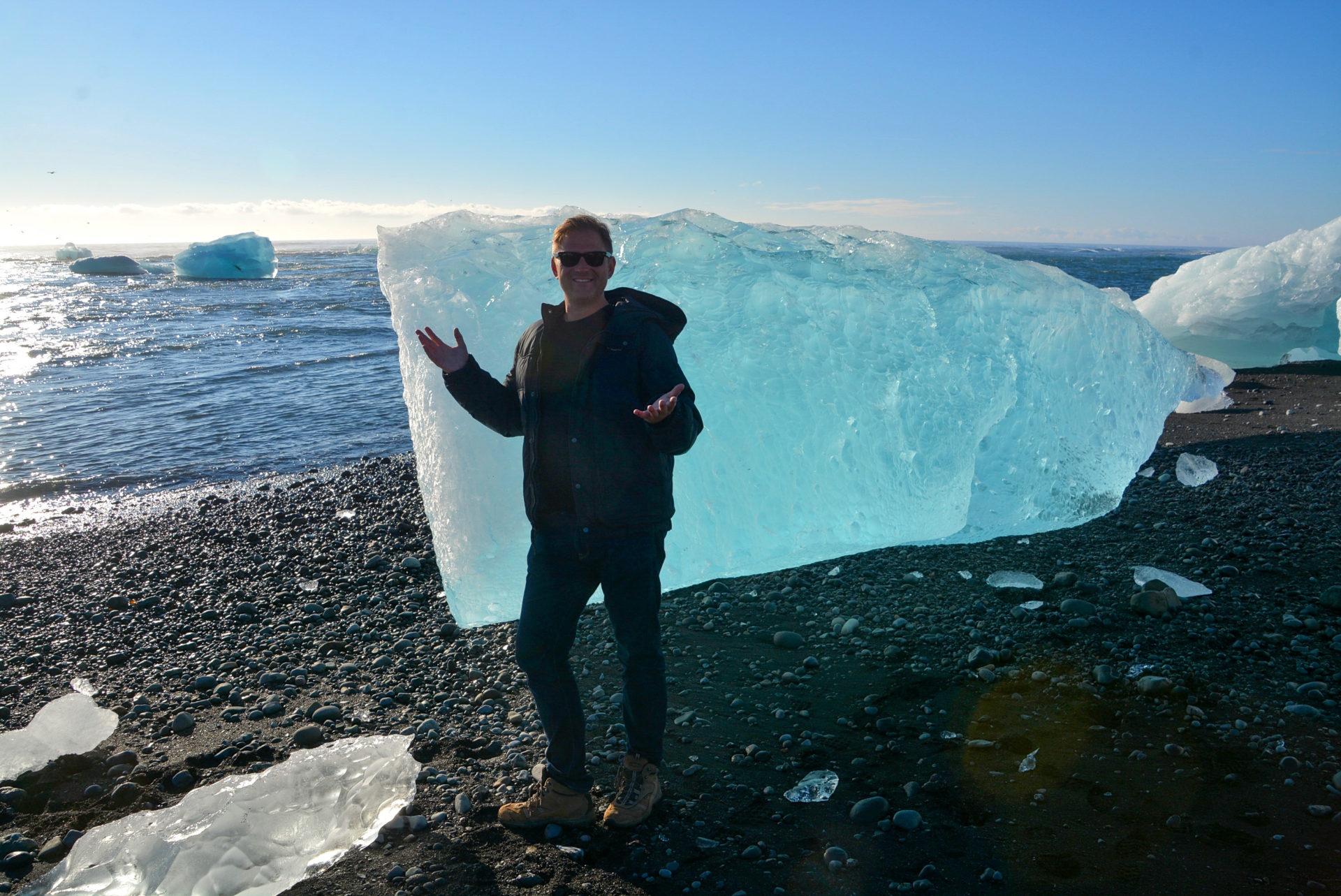 Autor vor Eisberg auf dem Lavastrand von Jökulsárlón im Süden von Island