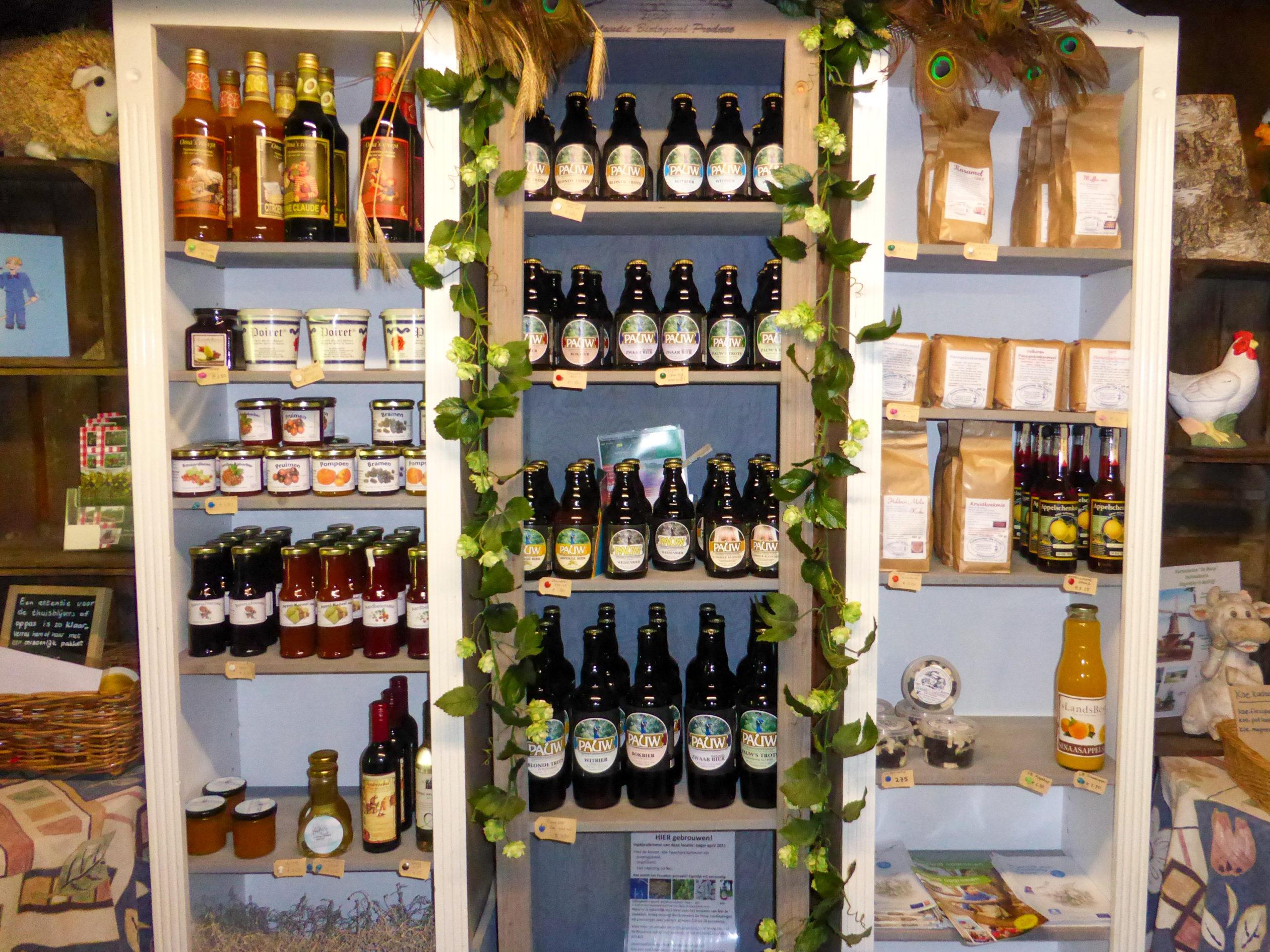 Lokale Produkte im Hofladen eines Bauernhofs im niederländischen Overijssel