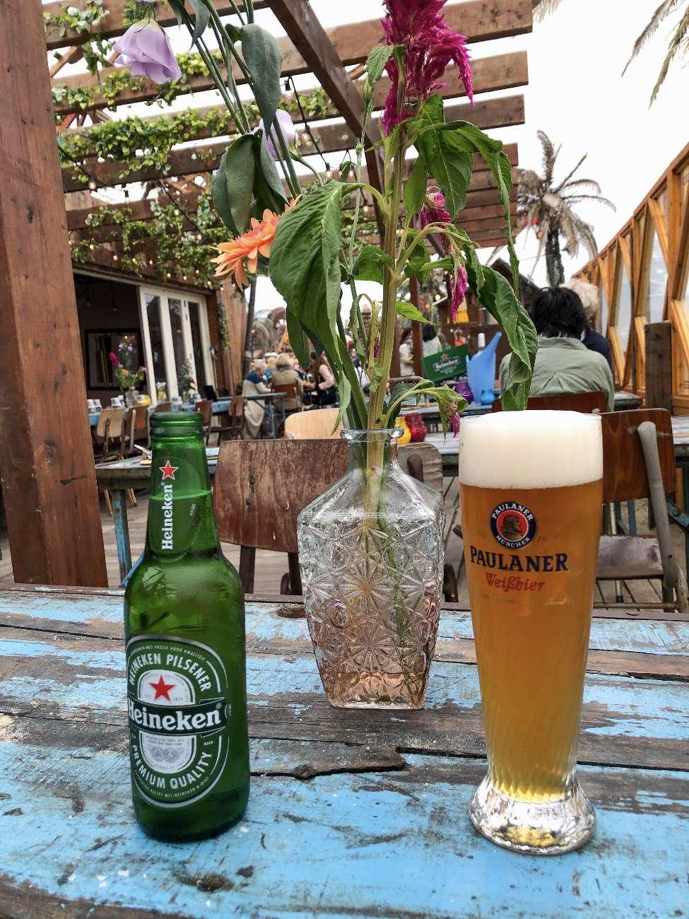 Zwei Biere auf einem Tisch mit Patina im Strandpavillon Woodstock 69 in Bloemendaal aan Zee