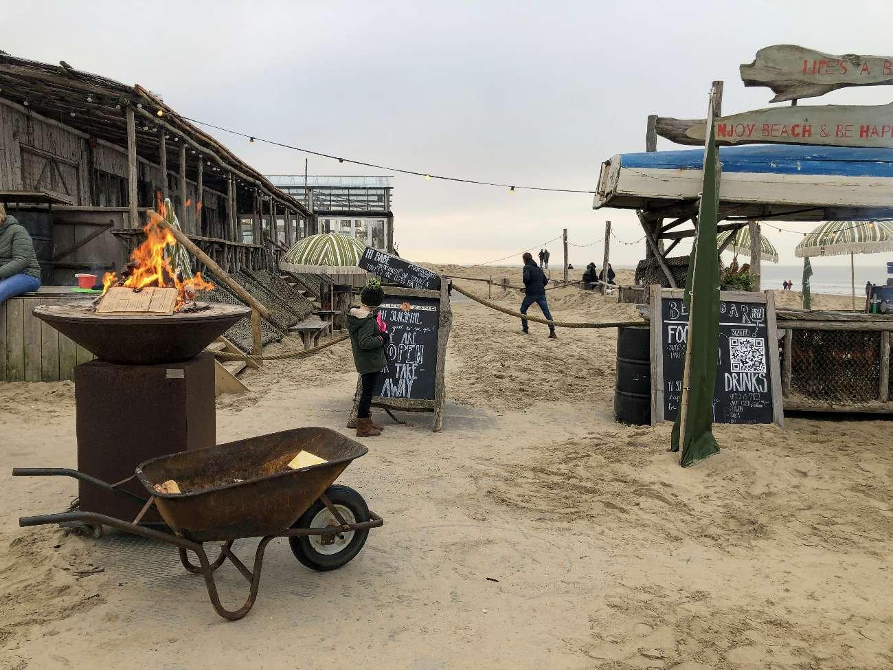 Feuerchen mit Bar und Blicks aufs Meer im Strandpavillon Het Zand in Castricum aan Zee