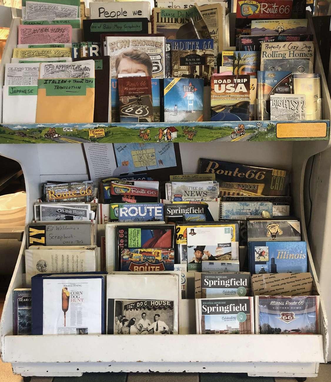 Die Bibliothek im Restaurant Cozy Dog in Springfiled, Illinois, erinnert an Bob Waldmire